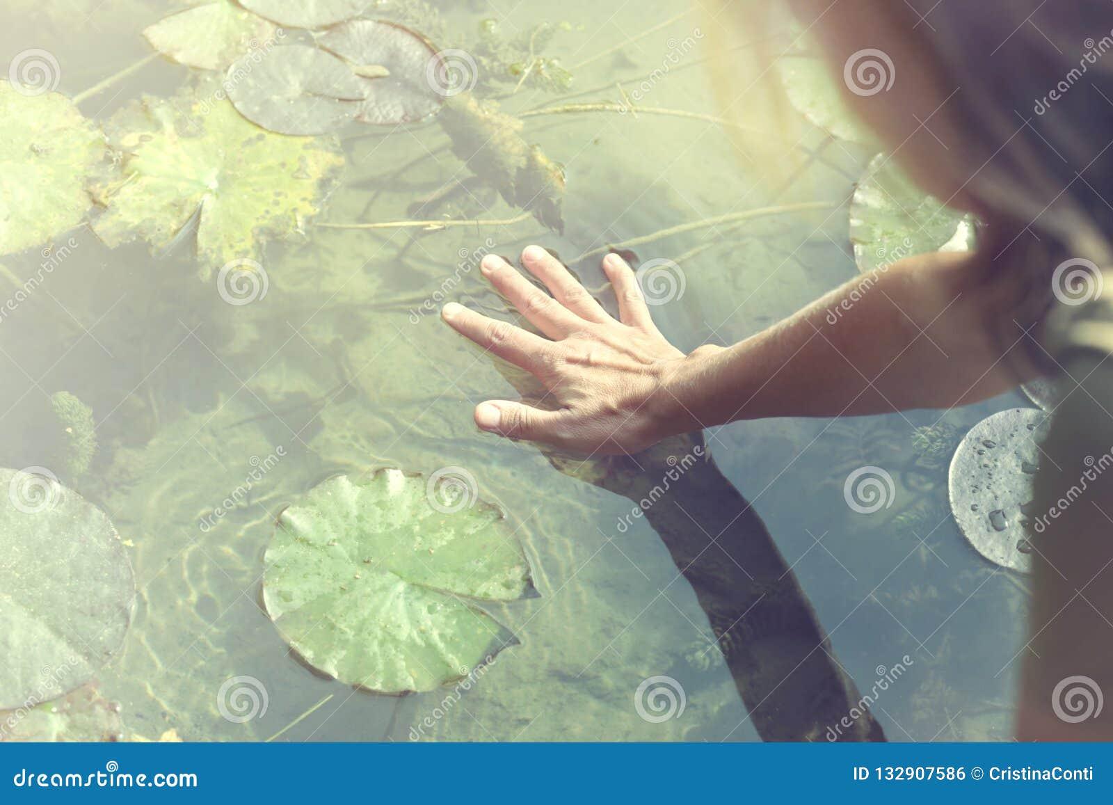 Frauennoten mit Respekt die Quelle des Lebens, das Wasser ist