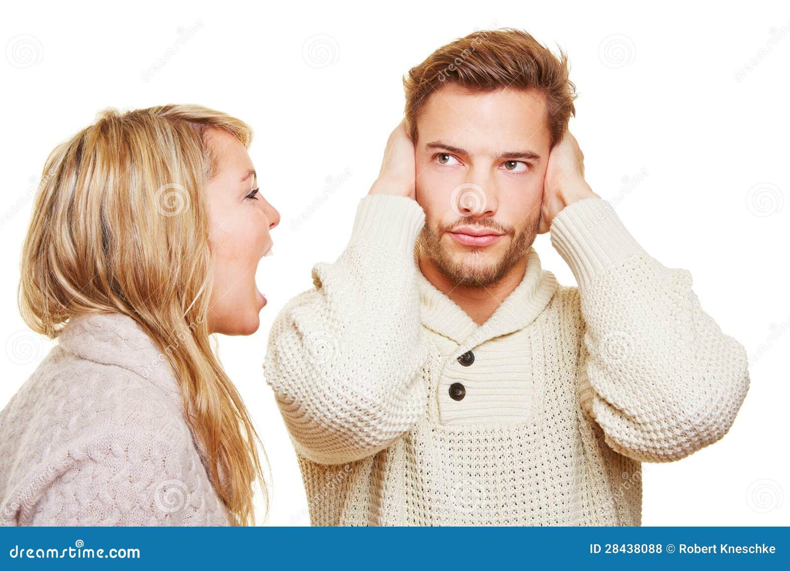 Frauenschreien und -mann seins schließend
