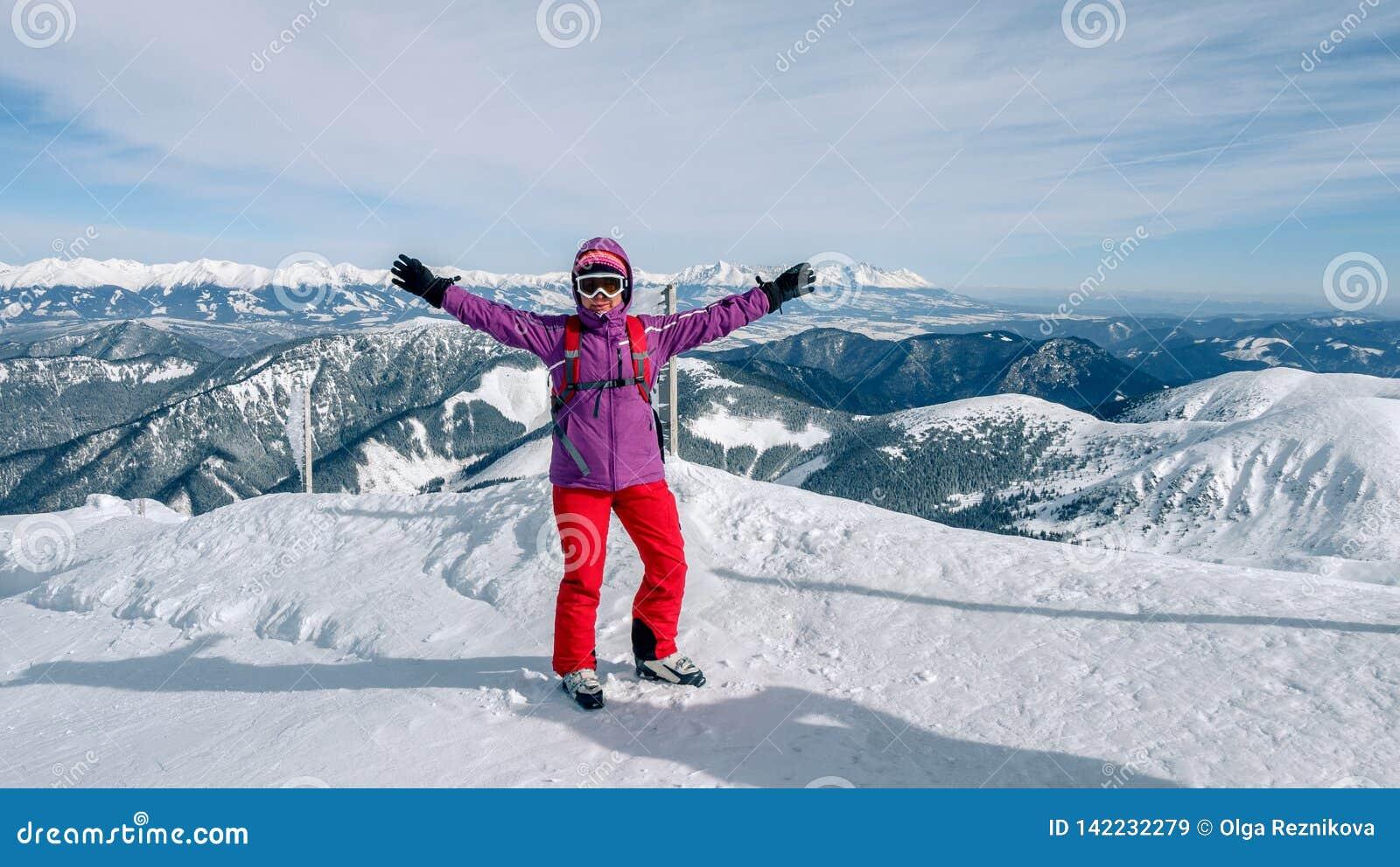 Frauenskifahrer, der die beste Bahn findet Skifahrer, der unten zum Tal schaut Warterechter Moment Beste Wahl Chopok, niedriges T