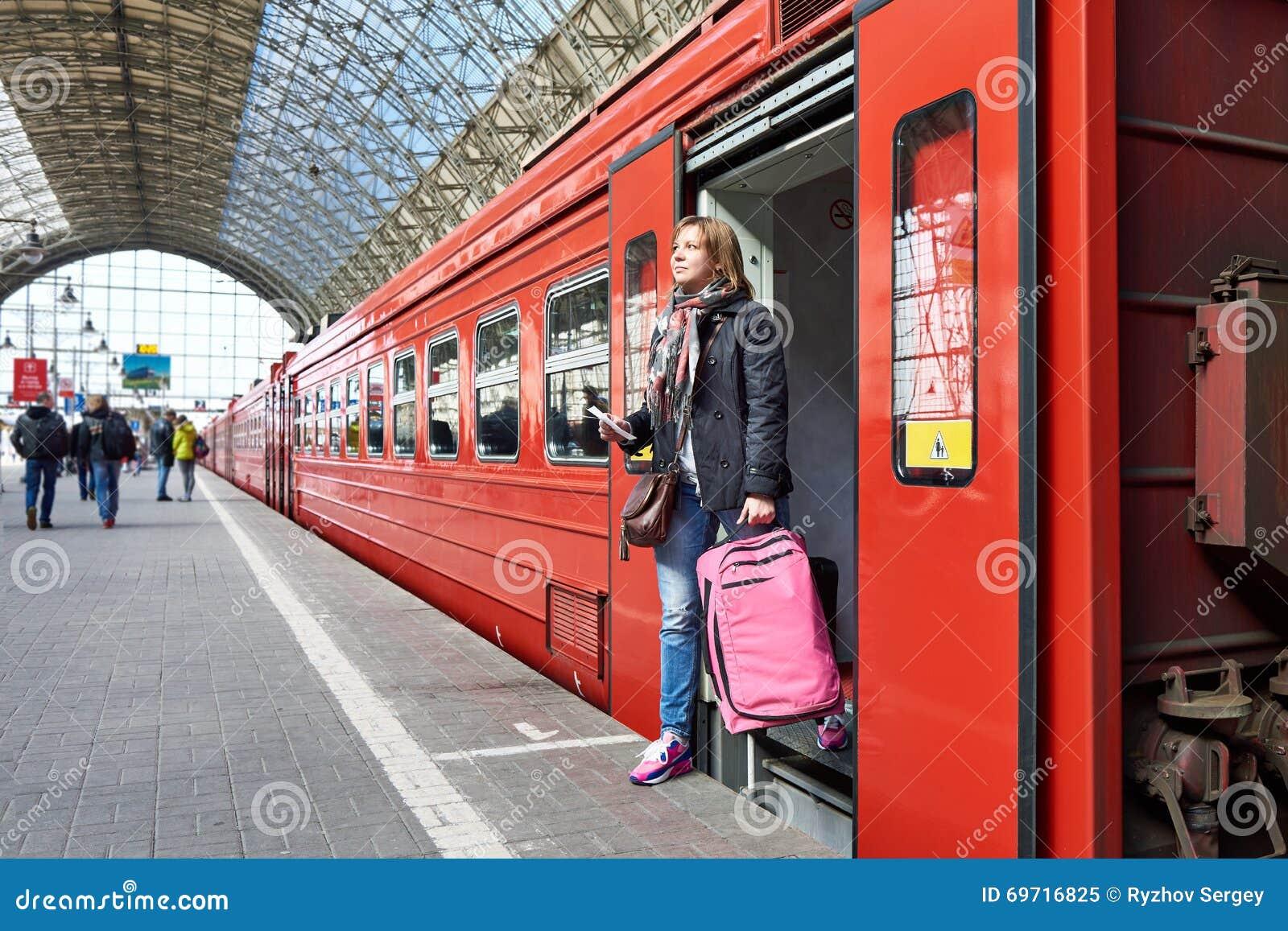 Frauentourist Mit Dem Koffer Der Aus Zug An Der Station Herauskommt