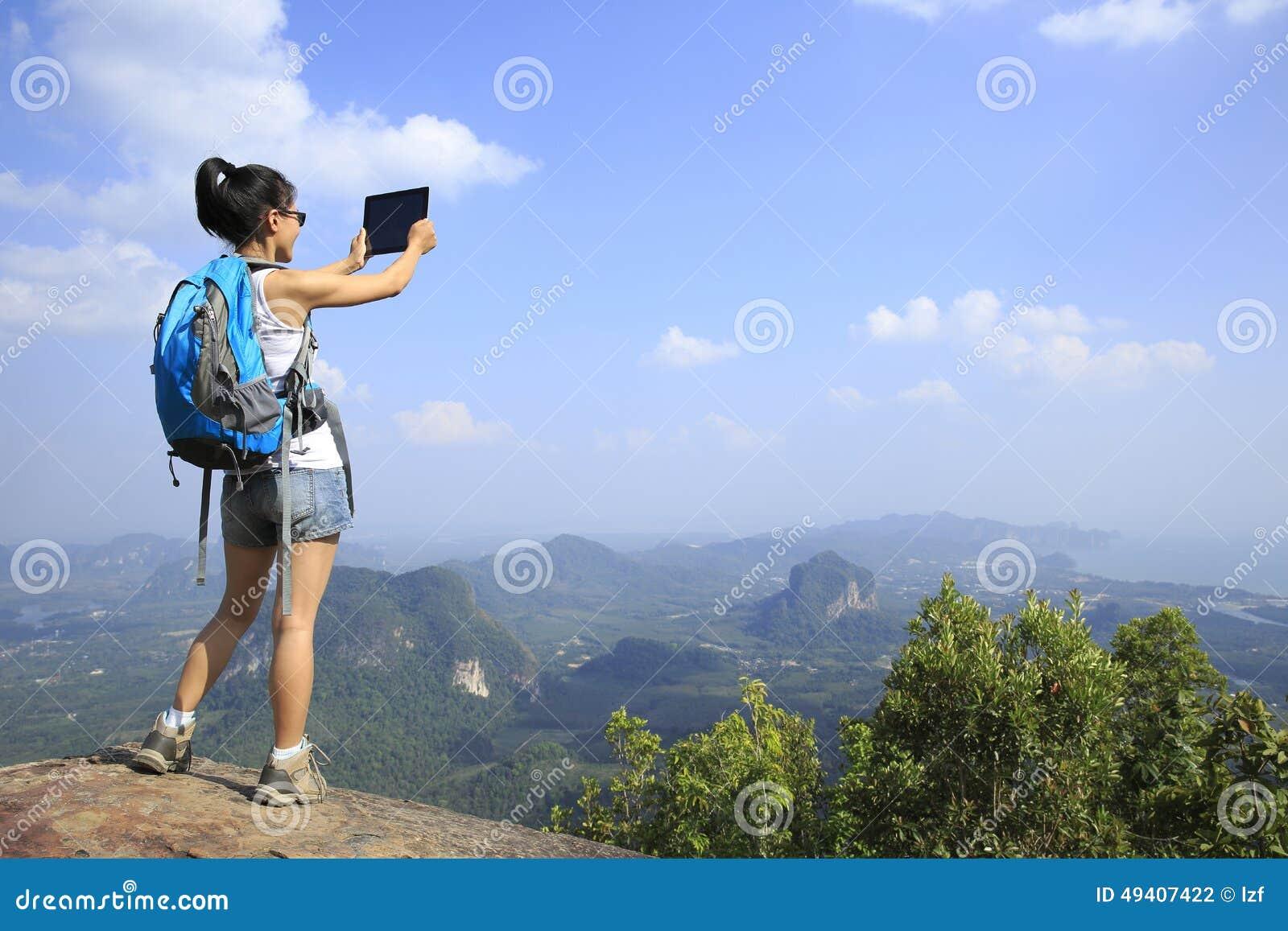 Download Frauenwanderer, Der Foto Mit Digitalkamera An Der Bergspitze Macht Stockfoto - Bild von haar, genuß: 49407422