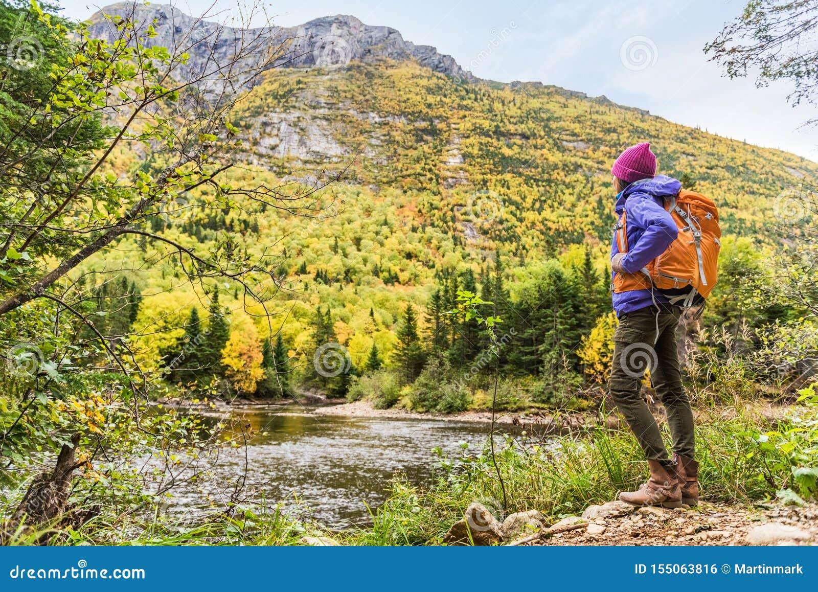 Frauenwanderer, der szenische Ansicht von Herbstlaubberglandschaft betrachtend wandert Entspannende Abenteuerreisenfreien-Persone