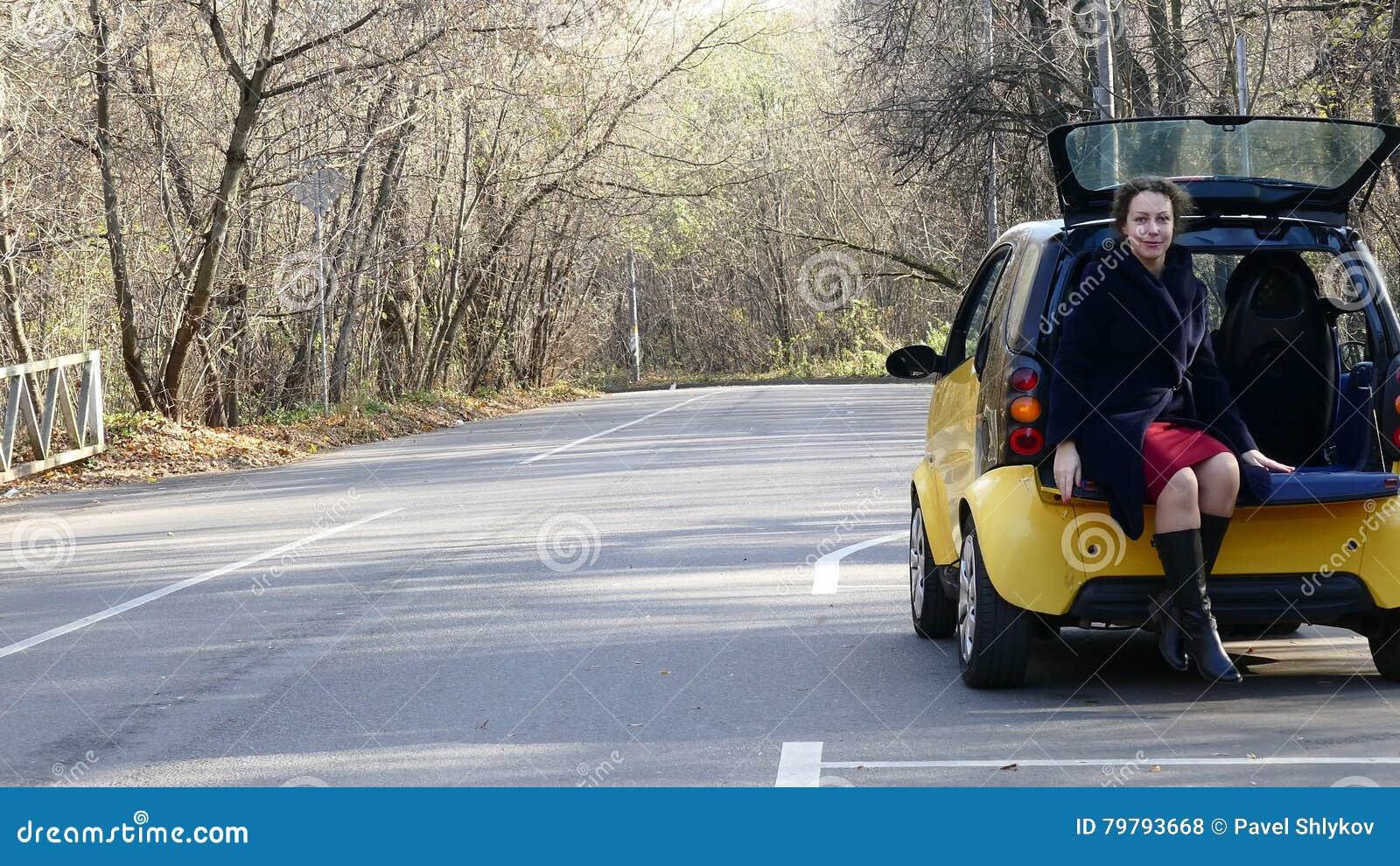 Frauenwartehilfe Nahe Durch Brocken Auto Auf Dem Waldweg Stock