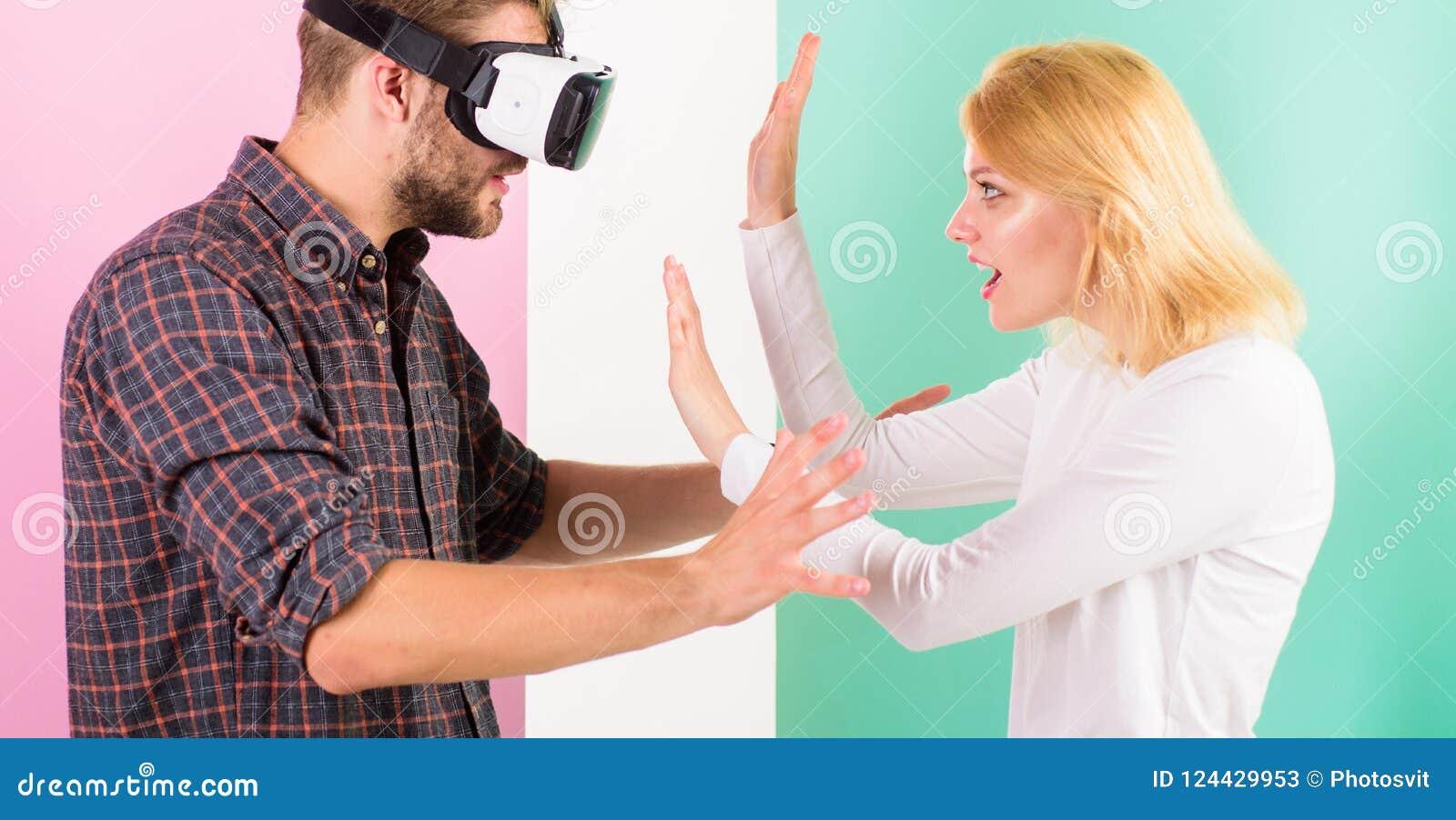 Frauversuche, zum er zurück in wirkliches Leben zu helfen Bemannen Sie mit einbezogenes Videospiel VR Gläser während Mädchenversu