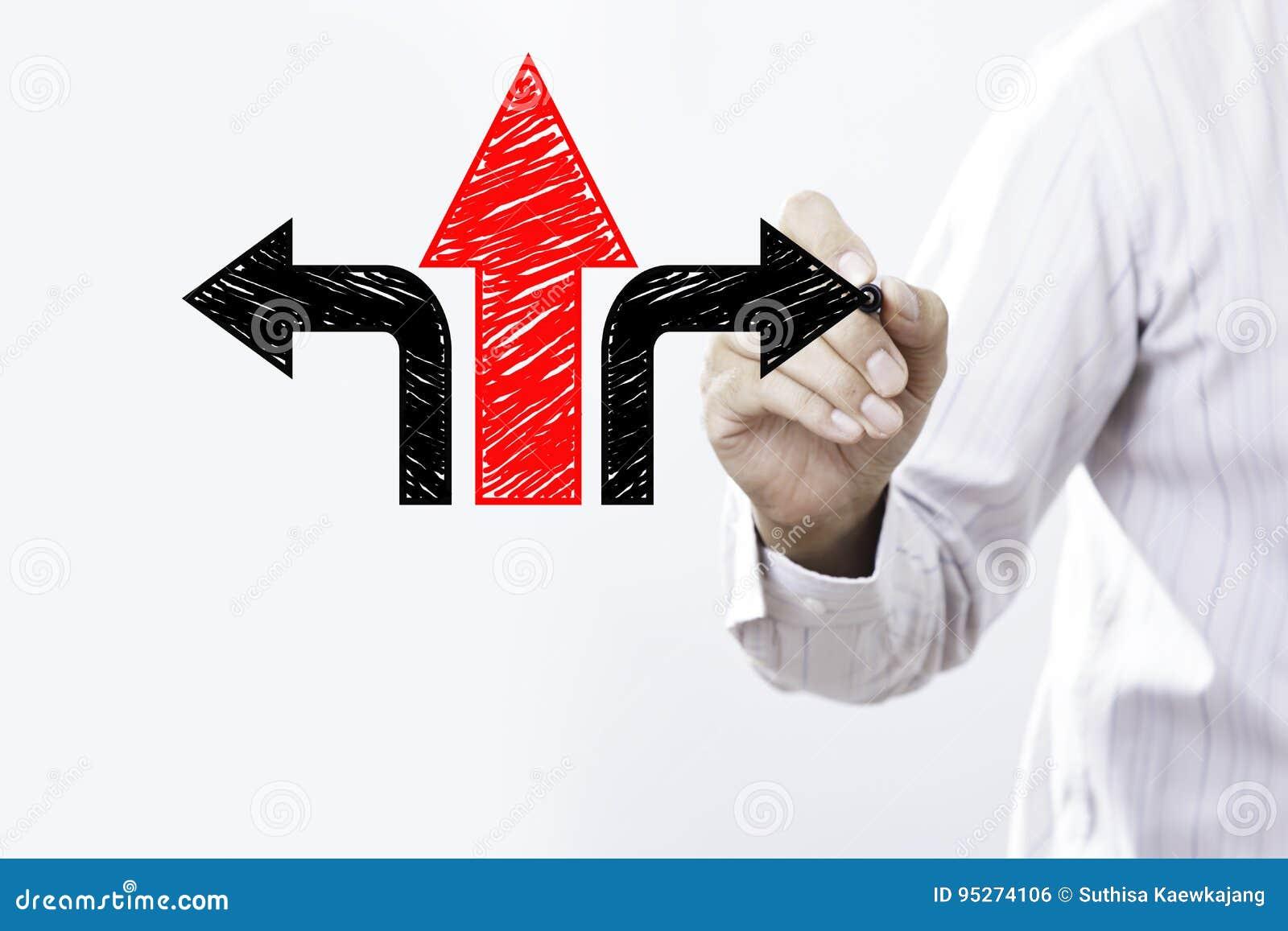 Frecce di tiraggio dell uomo d affari Concetto di strategia o di decisione