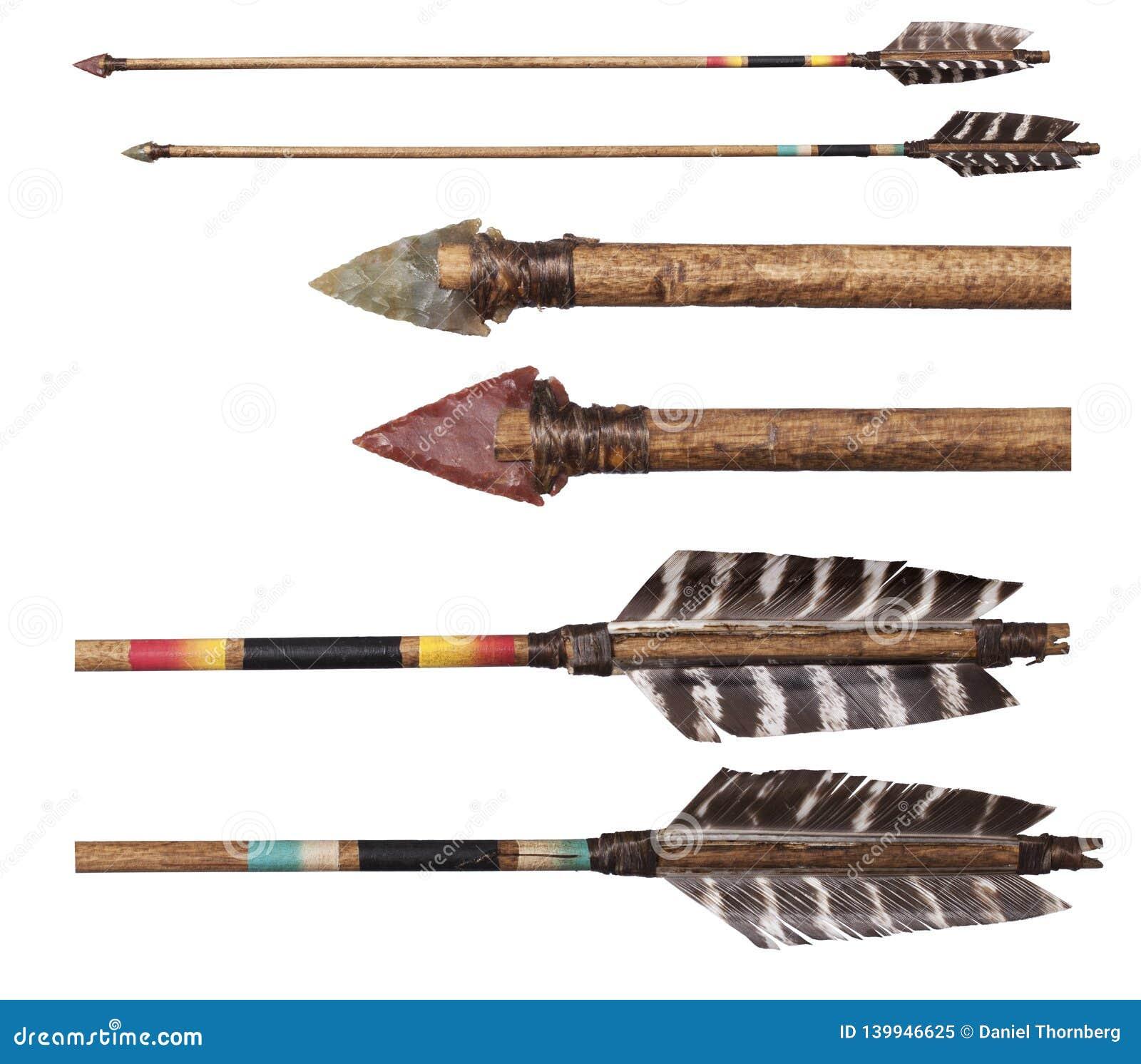 Frecce fatte a mano della replica del nativo americano isolate su bianco