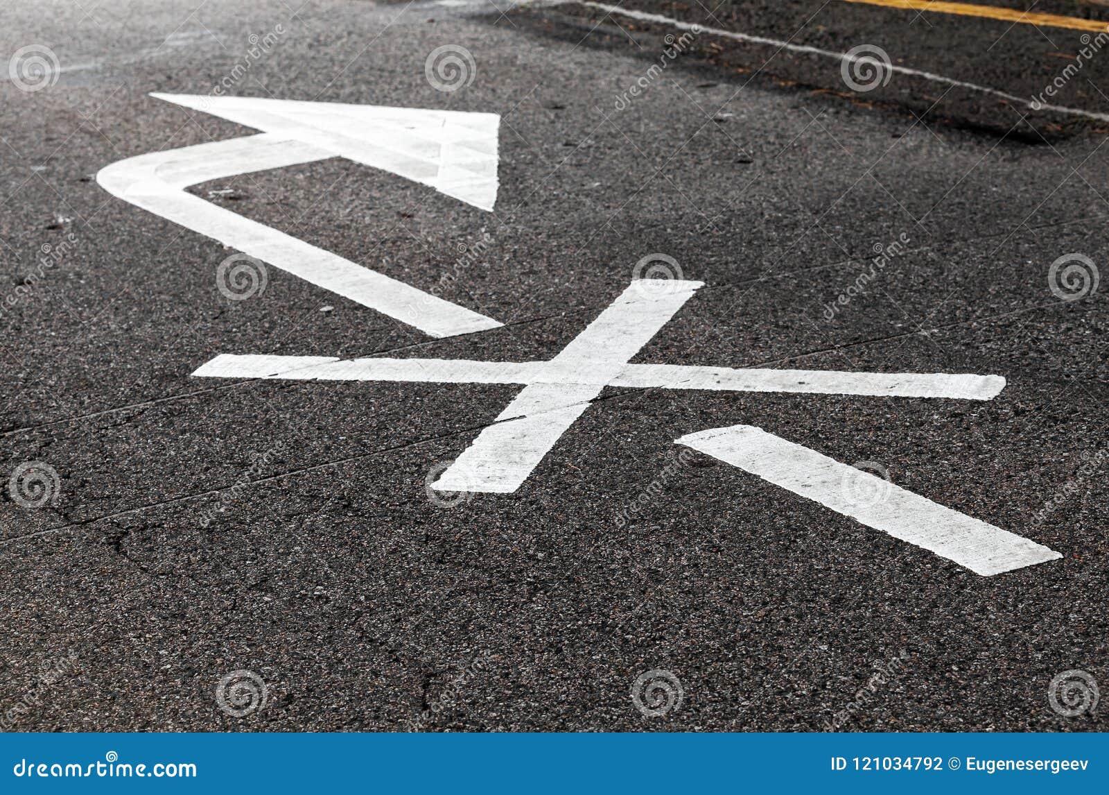 Freccia bianca attraversata, segnaletica stradale