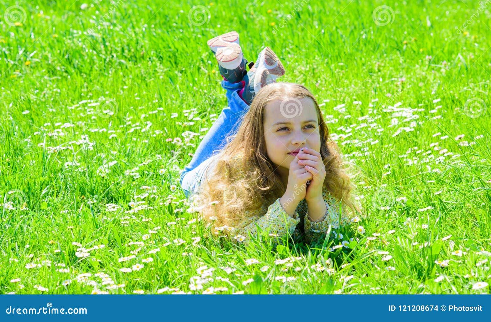 Fred och stillsamt begrepp Flickan på hoppfull drömlik framsida spenderar fritid utomhus Barnet tycker om soligt väder för våren