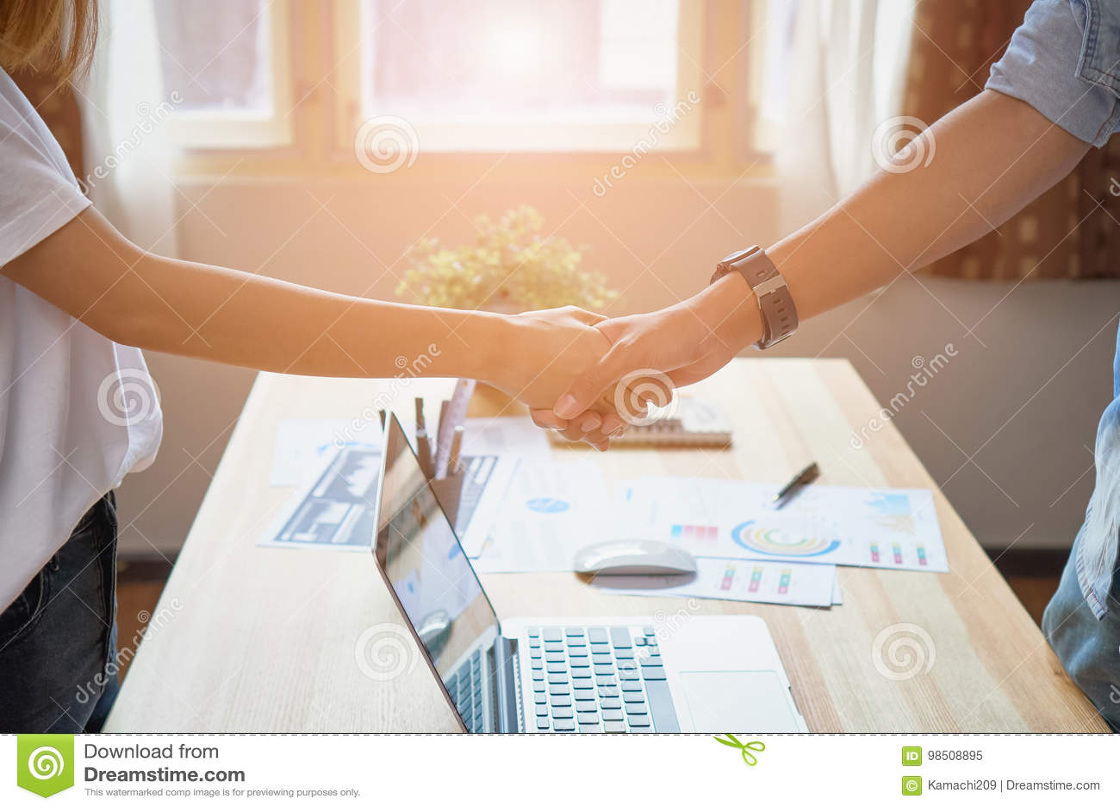 Freelance biznesmen trząść ręki po pomyślnych negocjacj w biznesie pojęcie biznesowy popieranie