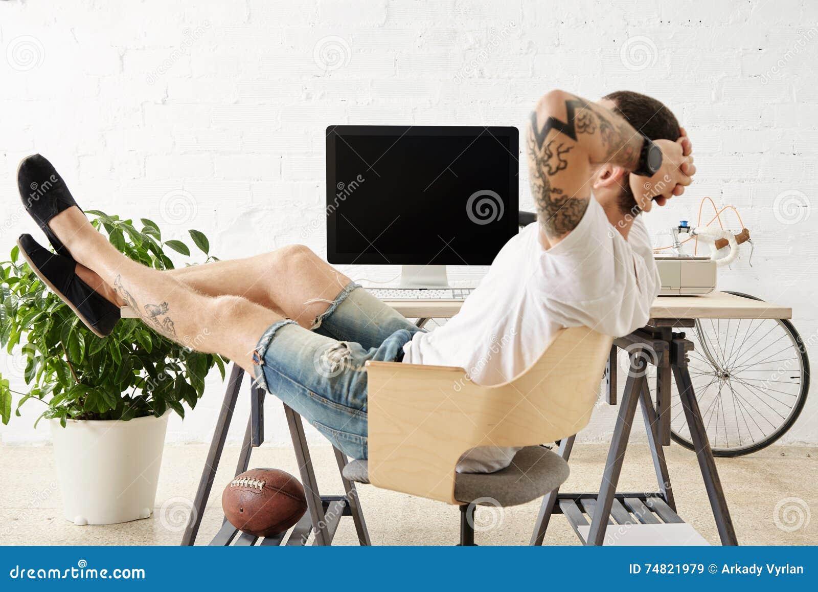 Freelancer com muitos passatempos que trabalham em casa ajustado