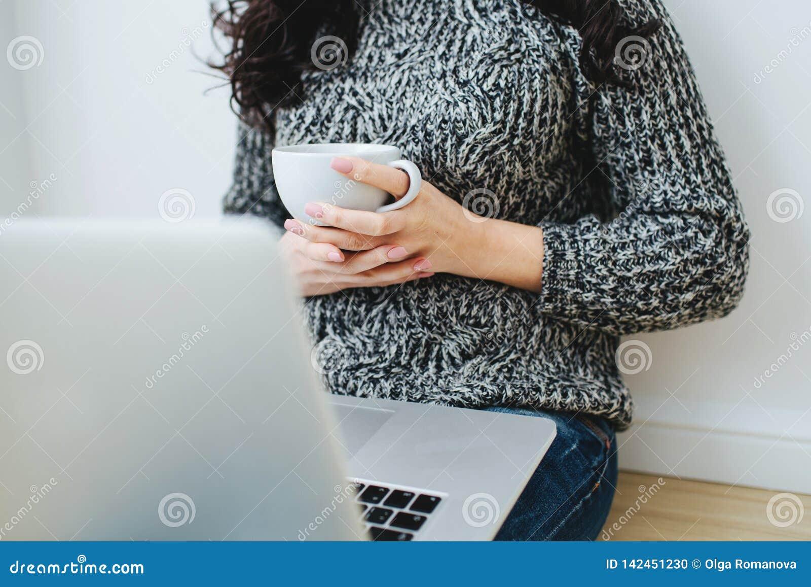 Freelancer da jovem mulher que trabalha em um portátil