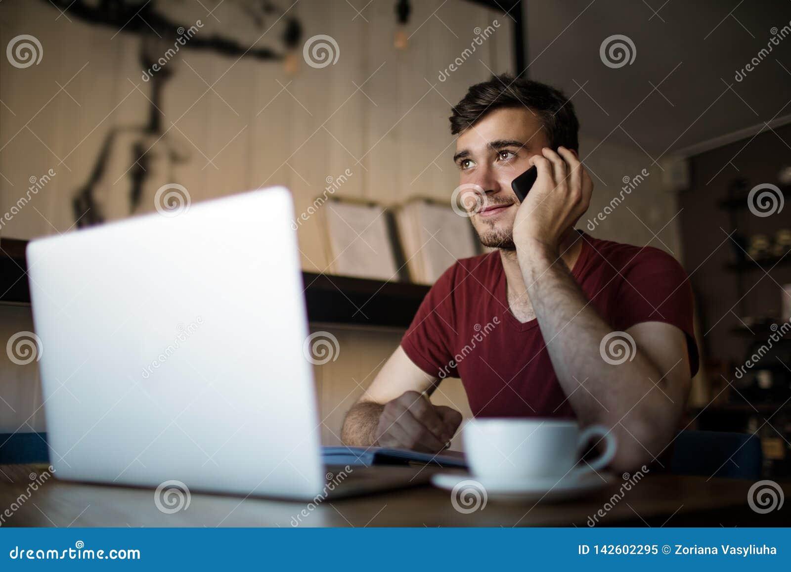 Freelancer experto de sexo masculino que llama vía PDA del smartphone
