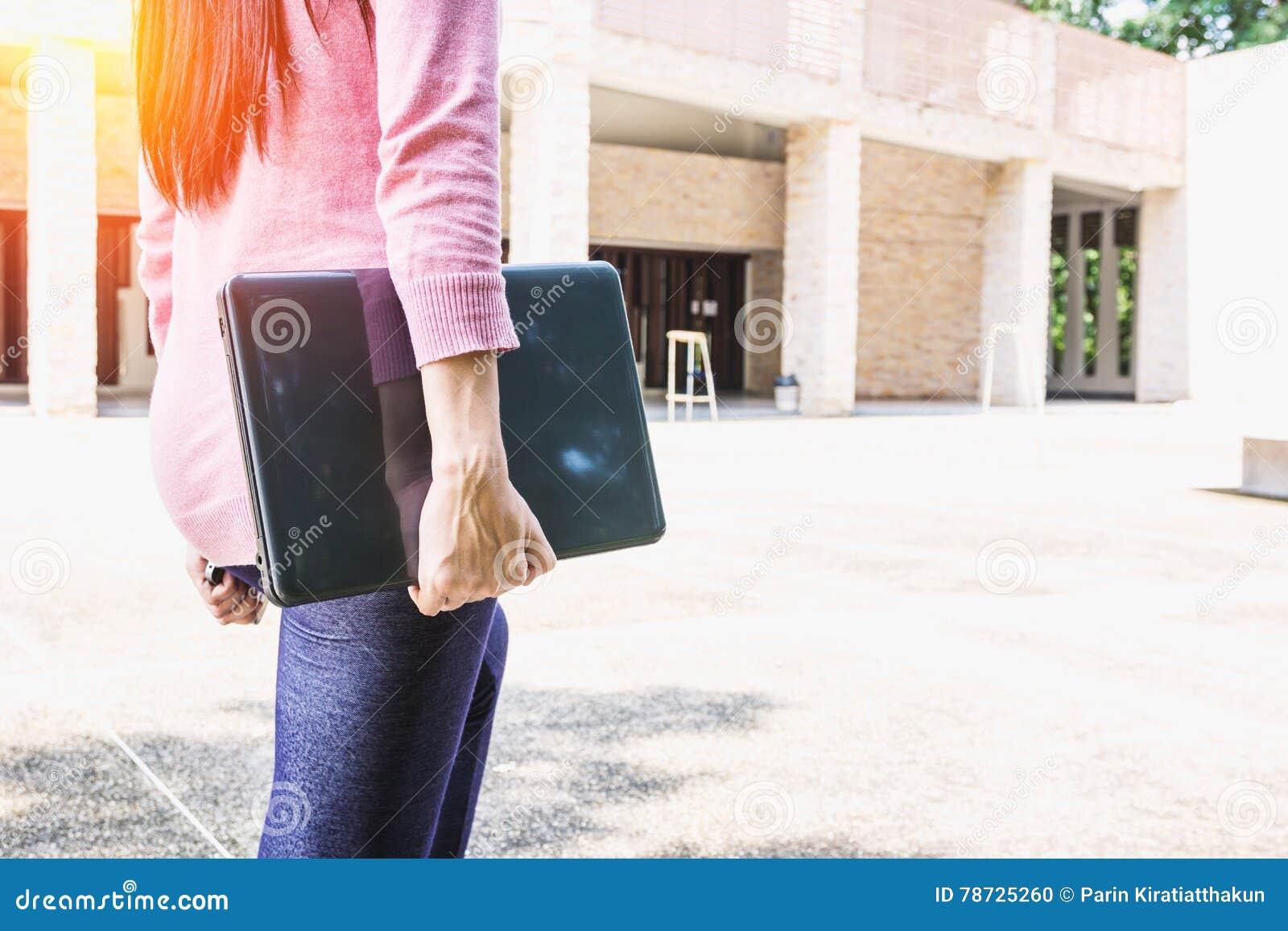 Freelanceren eller affärskvinnan för ung kvinna räcker den hållande anteckningsboken,