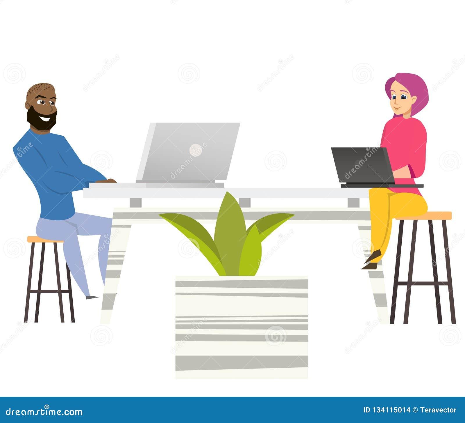 Freelancersmankvinnan sitter på tabellen med bärbara datorer