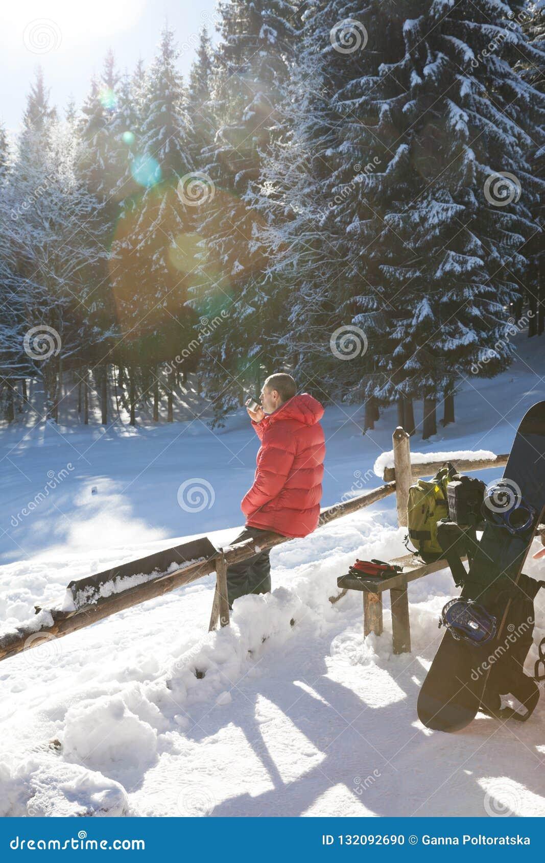 Freerider rust in sneeuw net bos bij de dag van de zonwinter