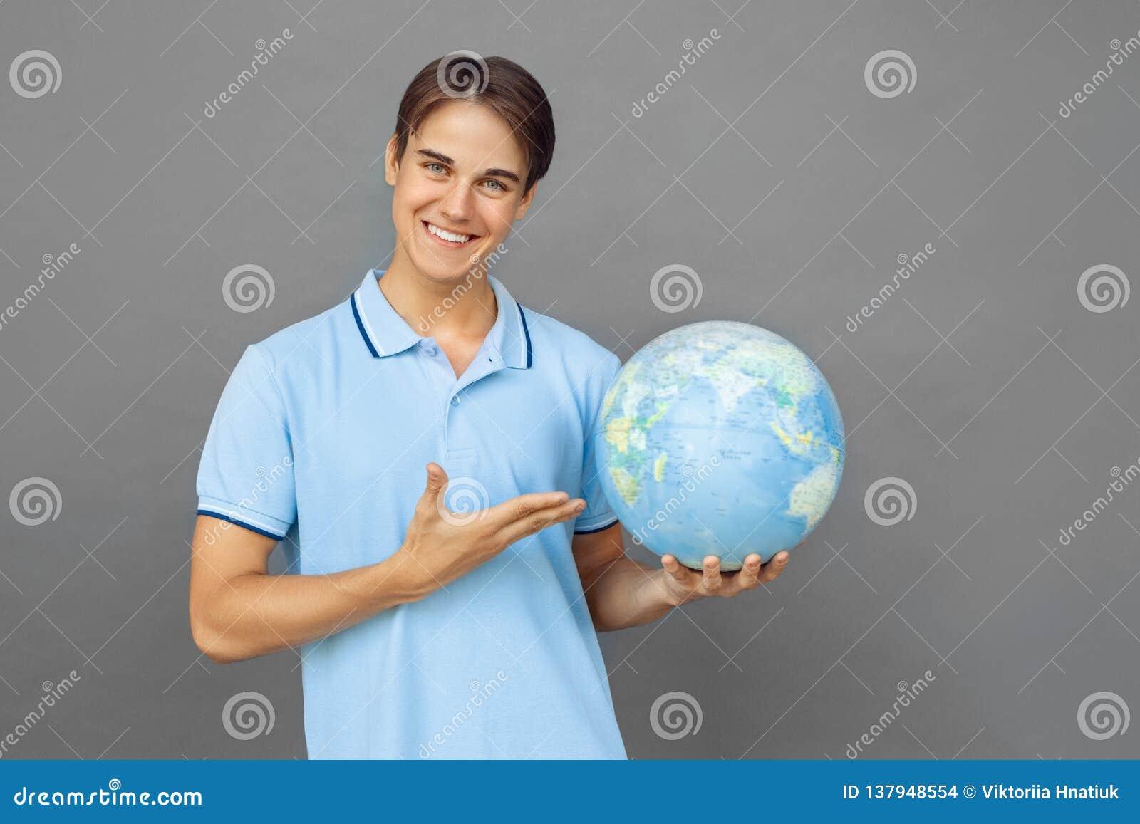 Freestyle Nastolatek chłopiec pozycja odizolowywająca na popielaty pokazuje kuli ziemskiej ono uśmiecha się życzliwy