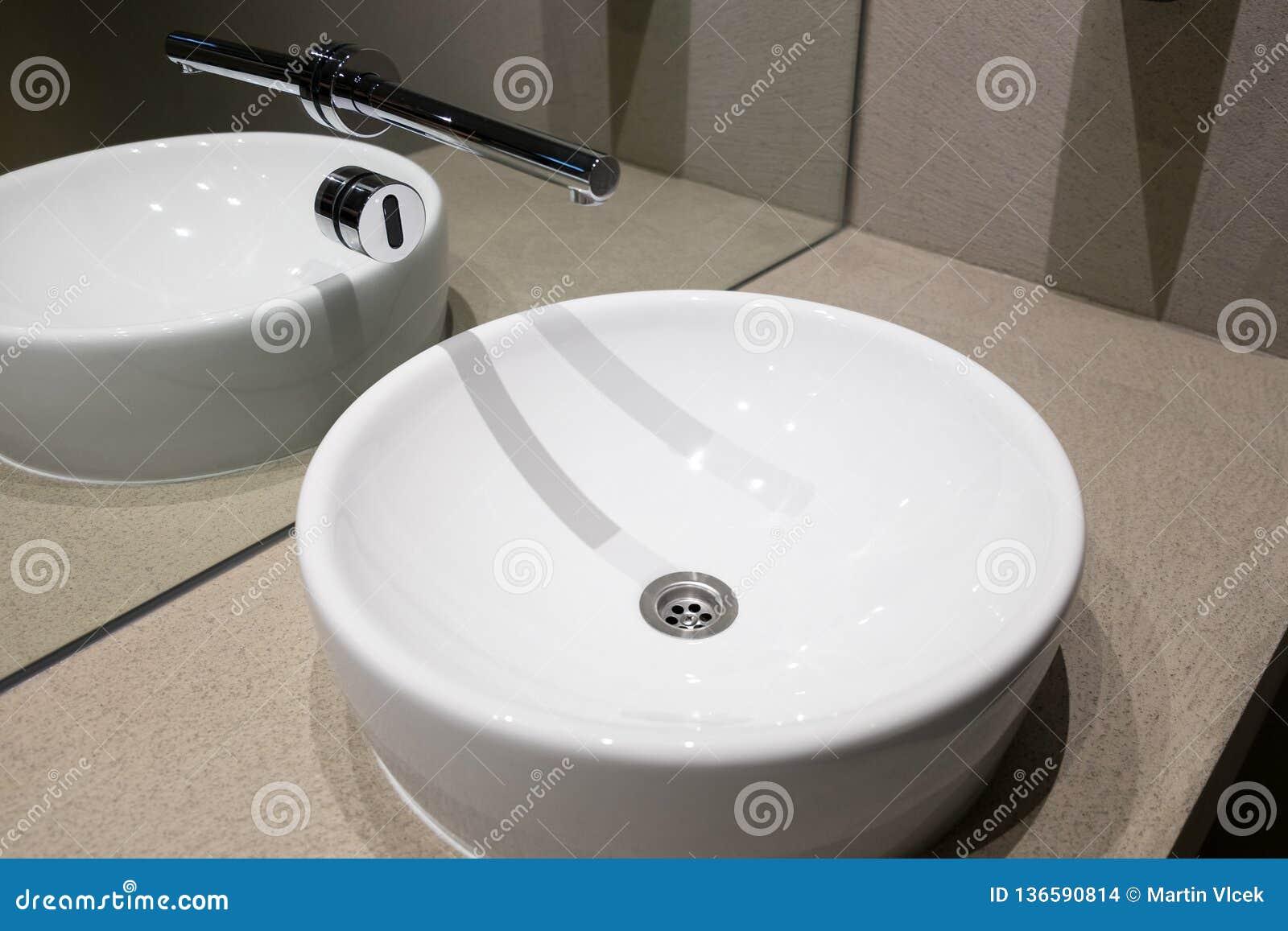 Fregadero de cerámica con el sensor sin contacto