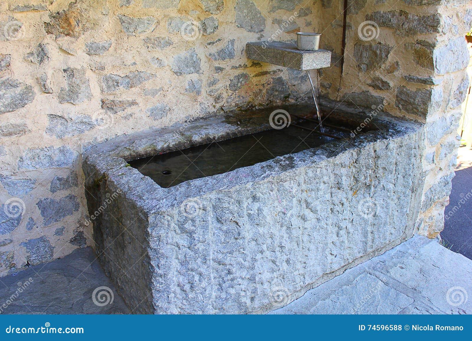 Fregadero de piedra antiguo del lavadero foto de archivo - Fregaderos de piedra ...