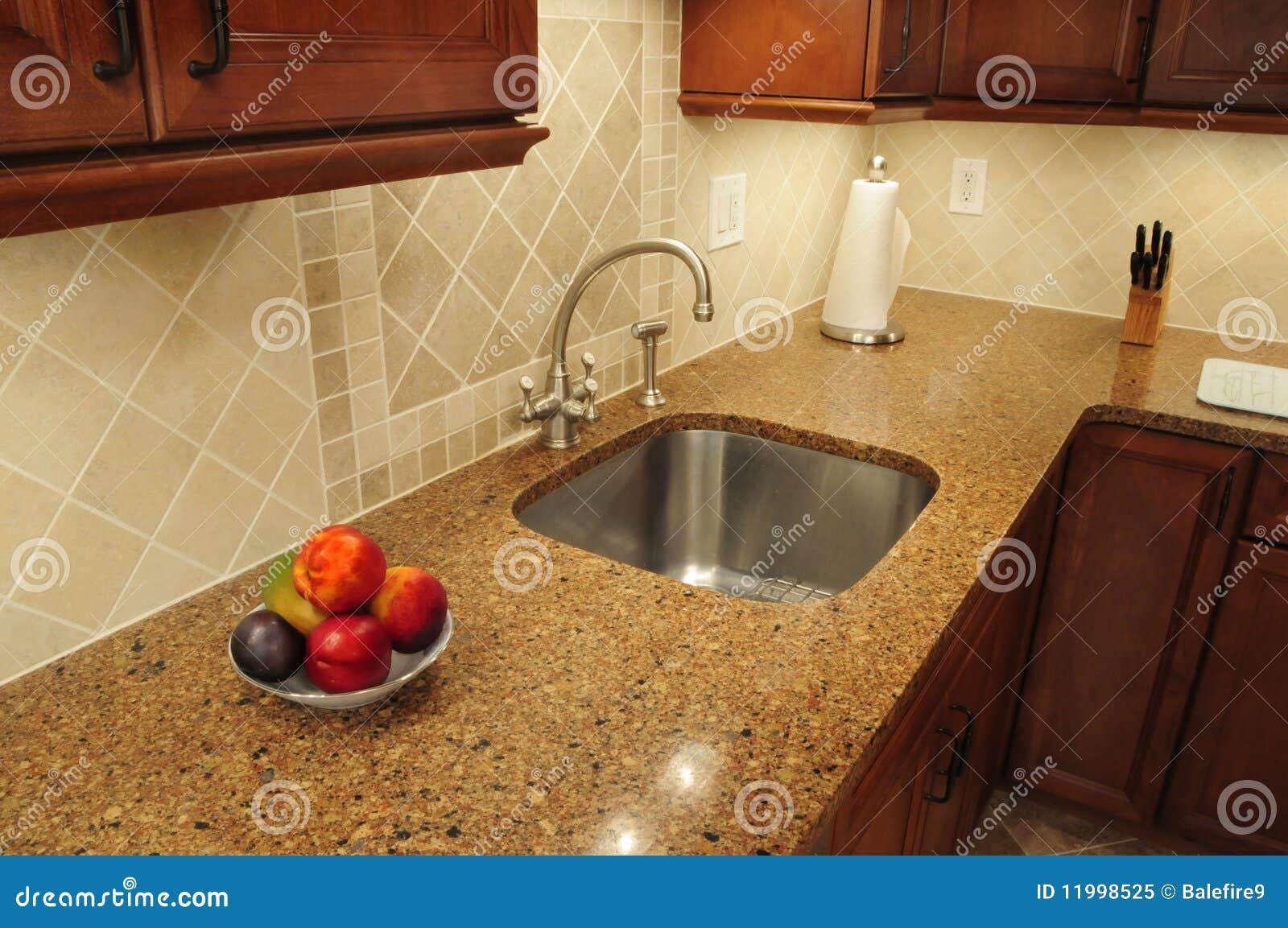 Fregadero del acero inoxidable en una cocina remodelada for Fregaderos cocina acero inoxidable
