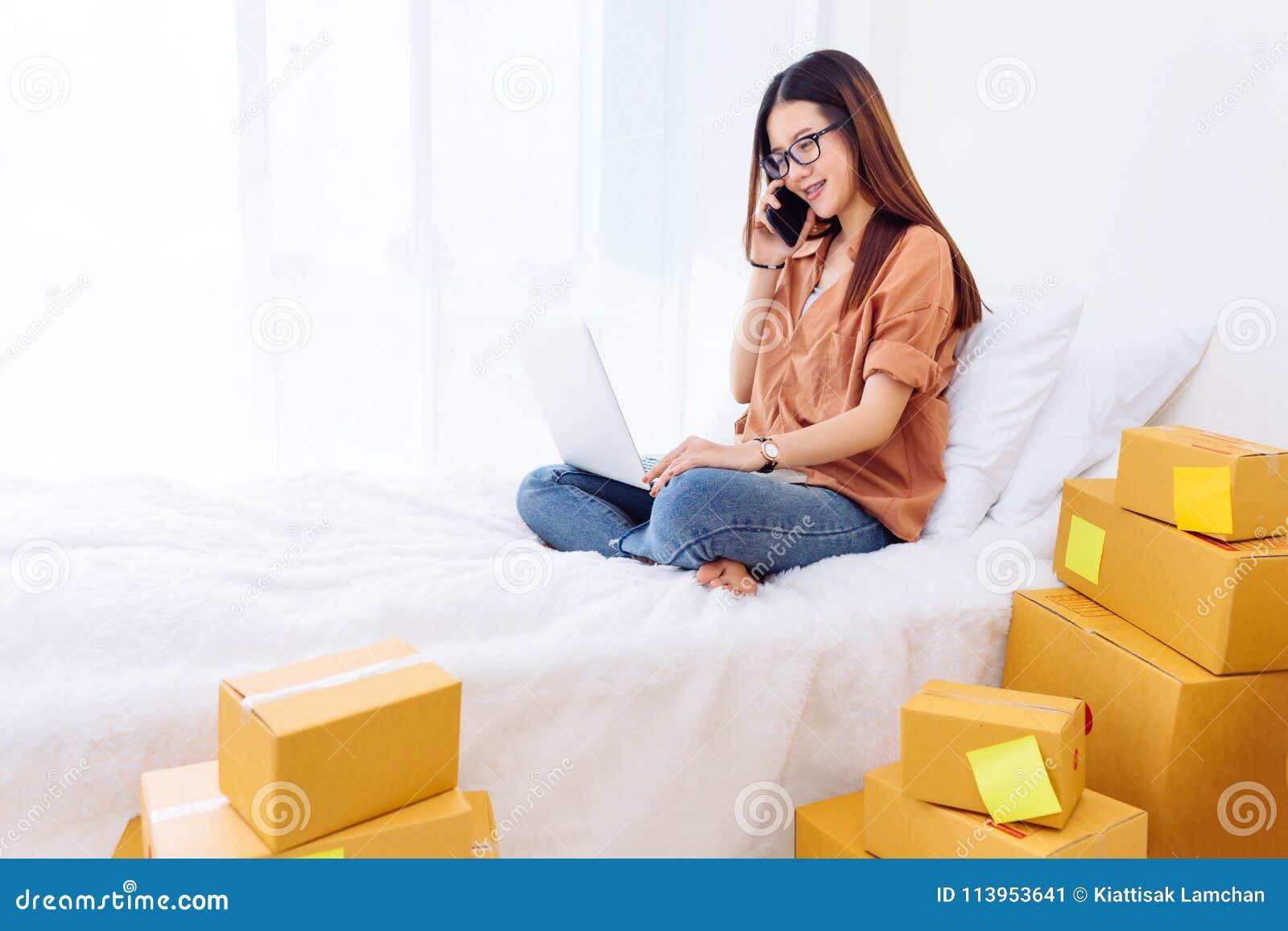 Freiberuflerfrau, die sme-Geschäft im Büro im Haus Arbeits ist