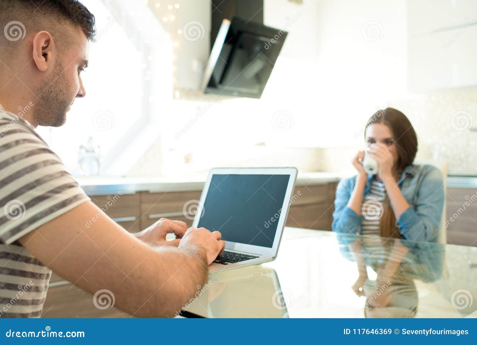 Freiberuflich tätiger Ehemann, der mit Laptop arbeitet