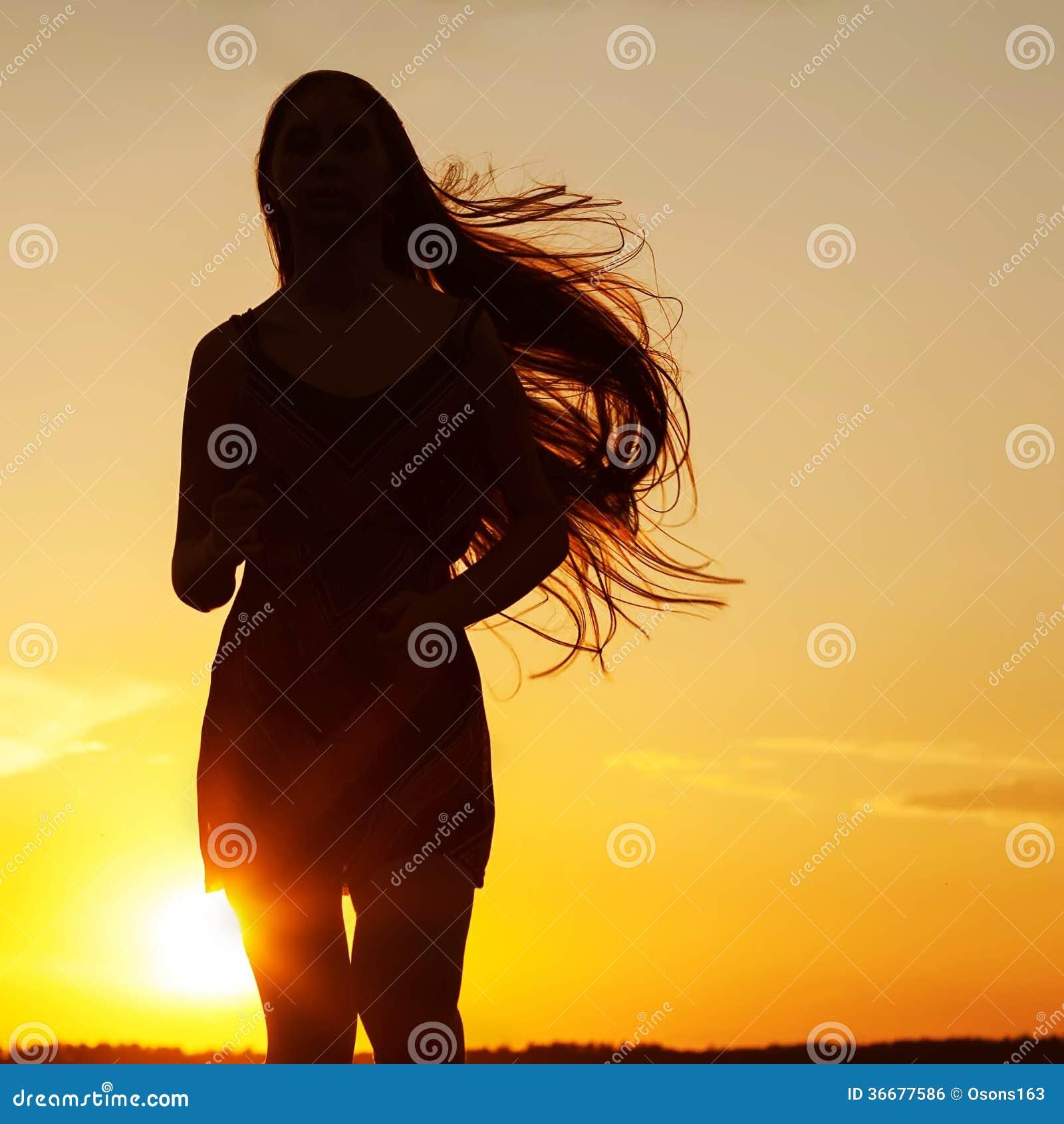 Freie glückliche Frau, die Natur genießt Schönheits-Mädchen im Freien