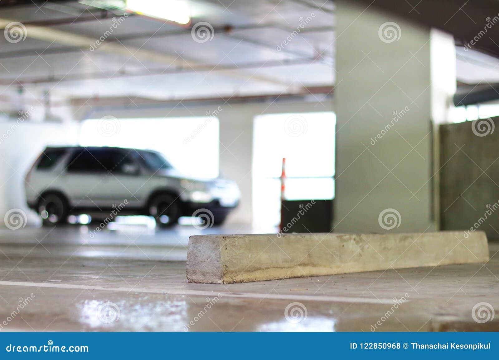 Freier Parkplatz und konkreter Radhalt