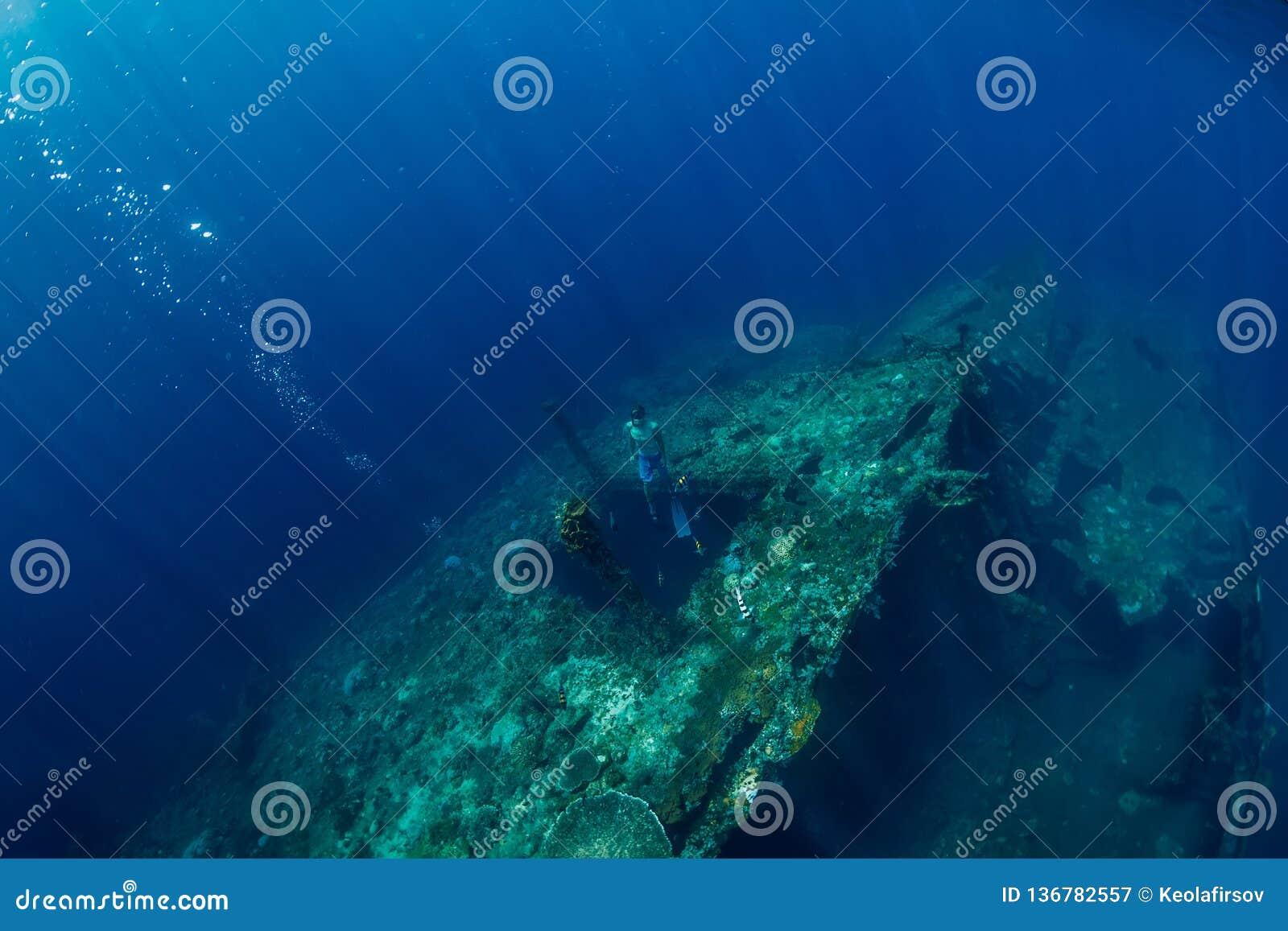 Freies Tauchermanntauchen am Schiffbruch, Unterwasserozean
