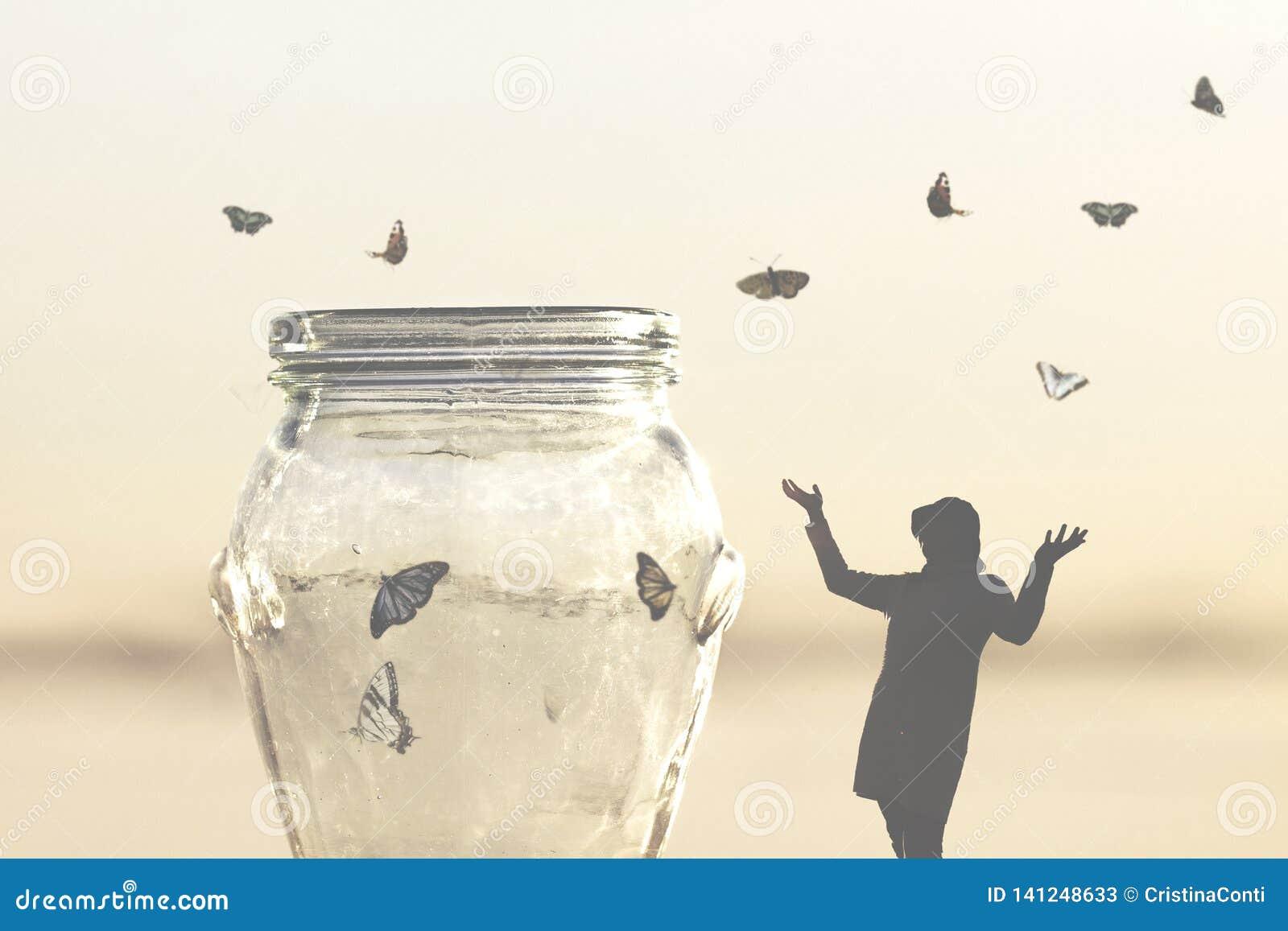 Freiheitskonzept von den Schmetterlingen einer Frauen-Rettung geschlossen in einem Vase