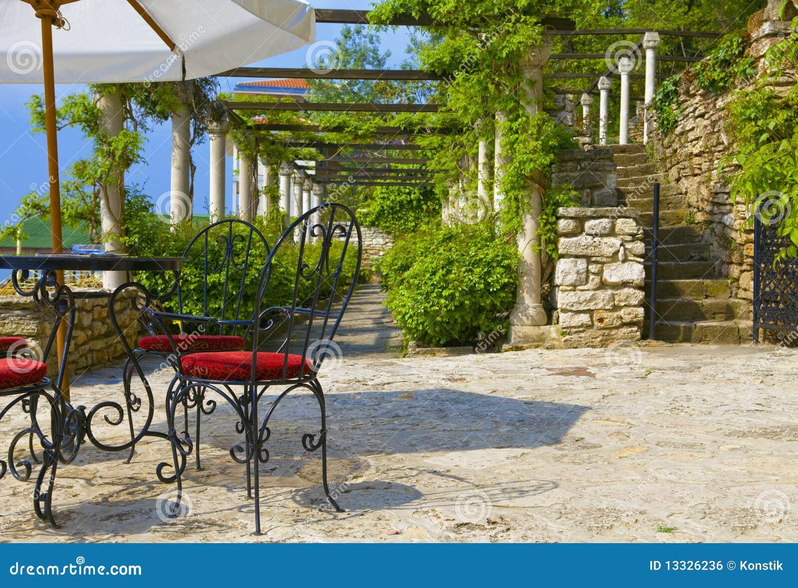 Freiluftkaffee auf winded um gr ne terrasse lizenzfreies for Terraces opening times
