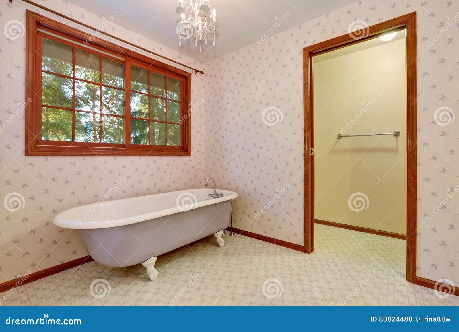 Freistehende Badewanne In Der Ecke Des Retro Badezimmers Stockfoto