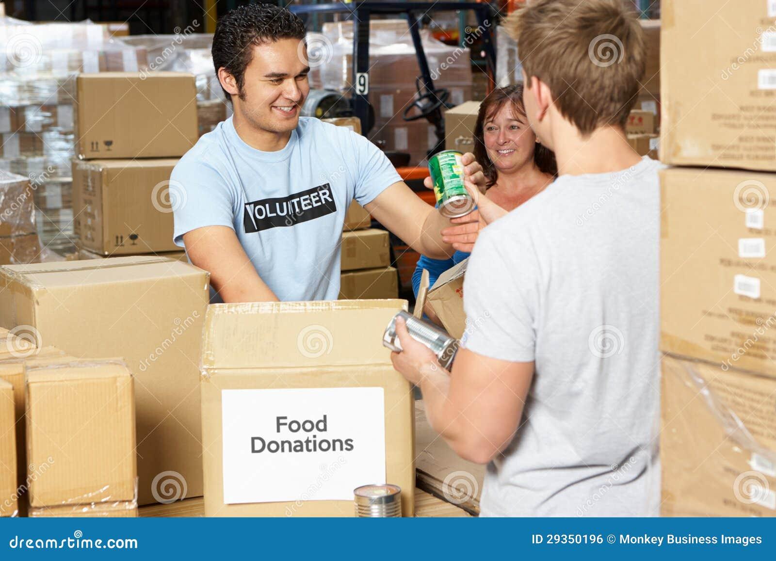 Freiwilliger, die Nahrungsmittelabgaben im Lager montieren