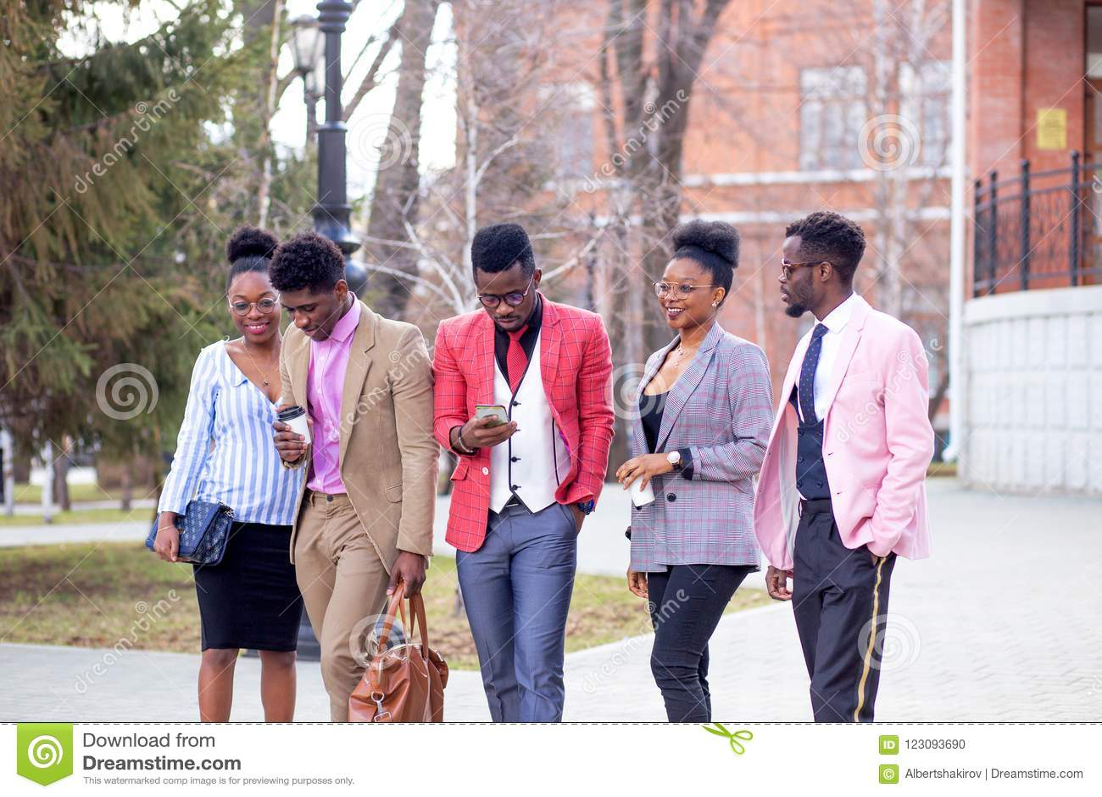 Freizeit und Jugendkonzept eine Gruppe glückliche Freunde, die auf die Straße schlendern