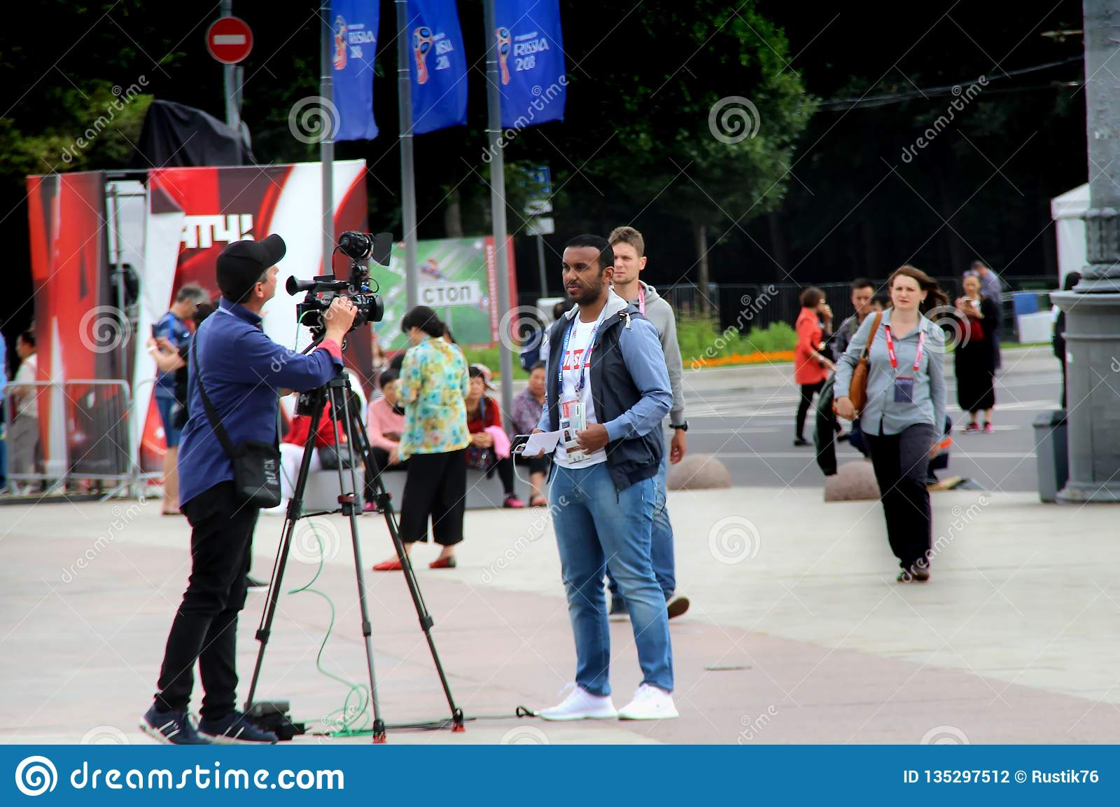 Fremde Reporter bereiten sich für einen Bericht vor