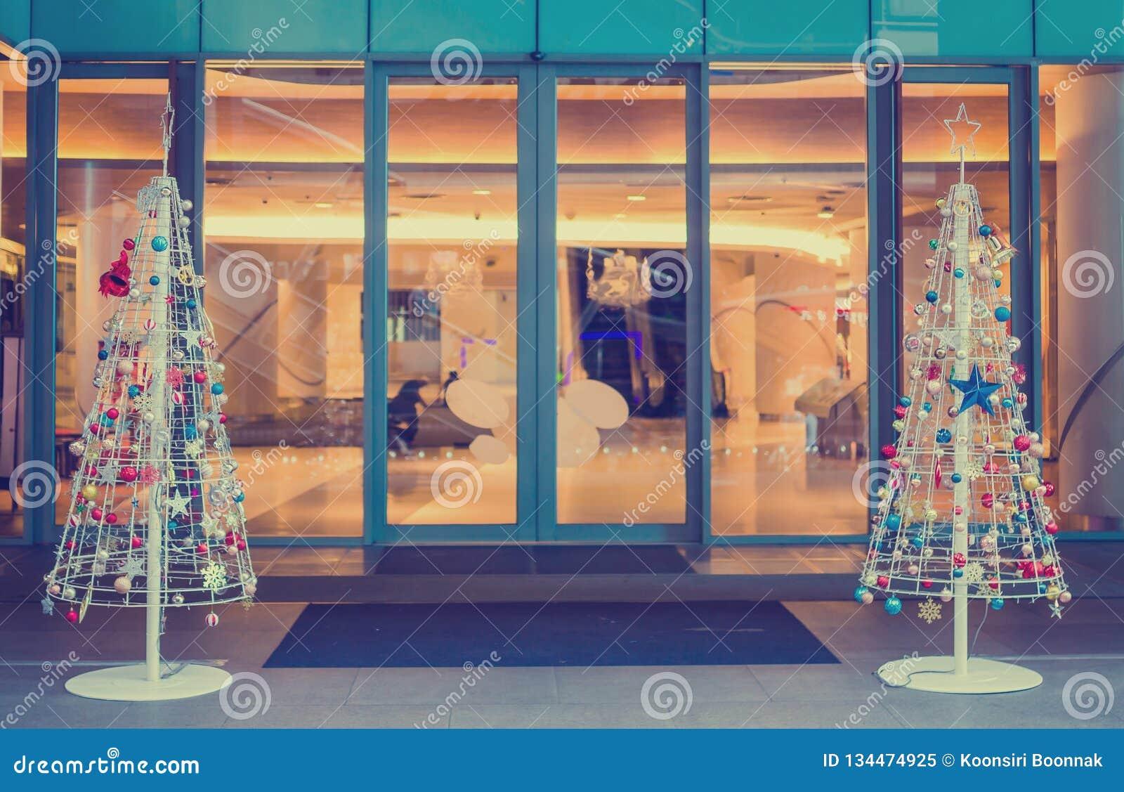 Frente adornado la Navidad del árbol de los grandes almacenes para el fondo del día de fiesta de la Navidad