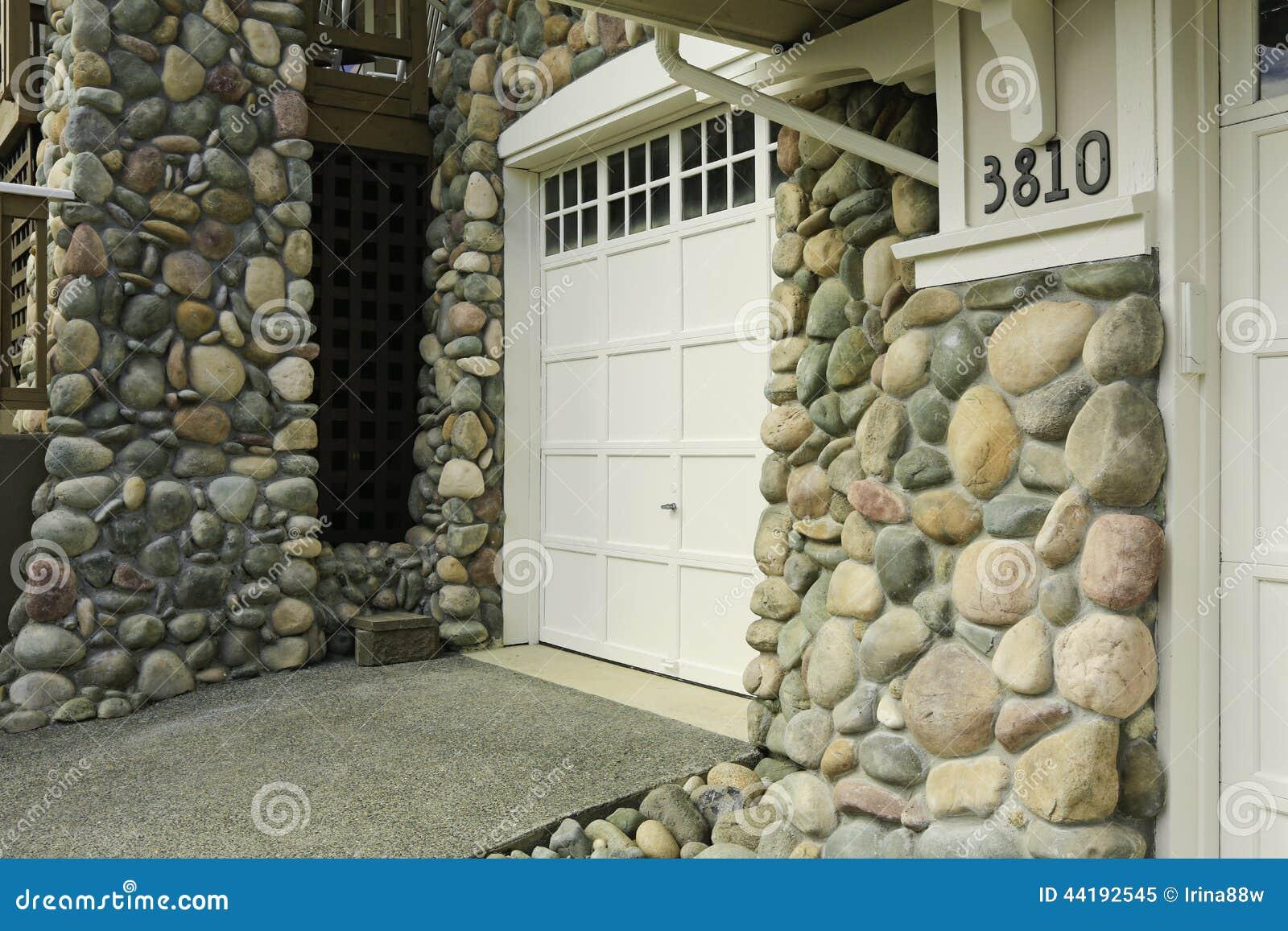 Frente de la casa acabado con el ajuste de piedra foto de for Frentes de casas con piedras