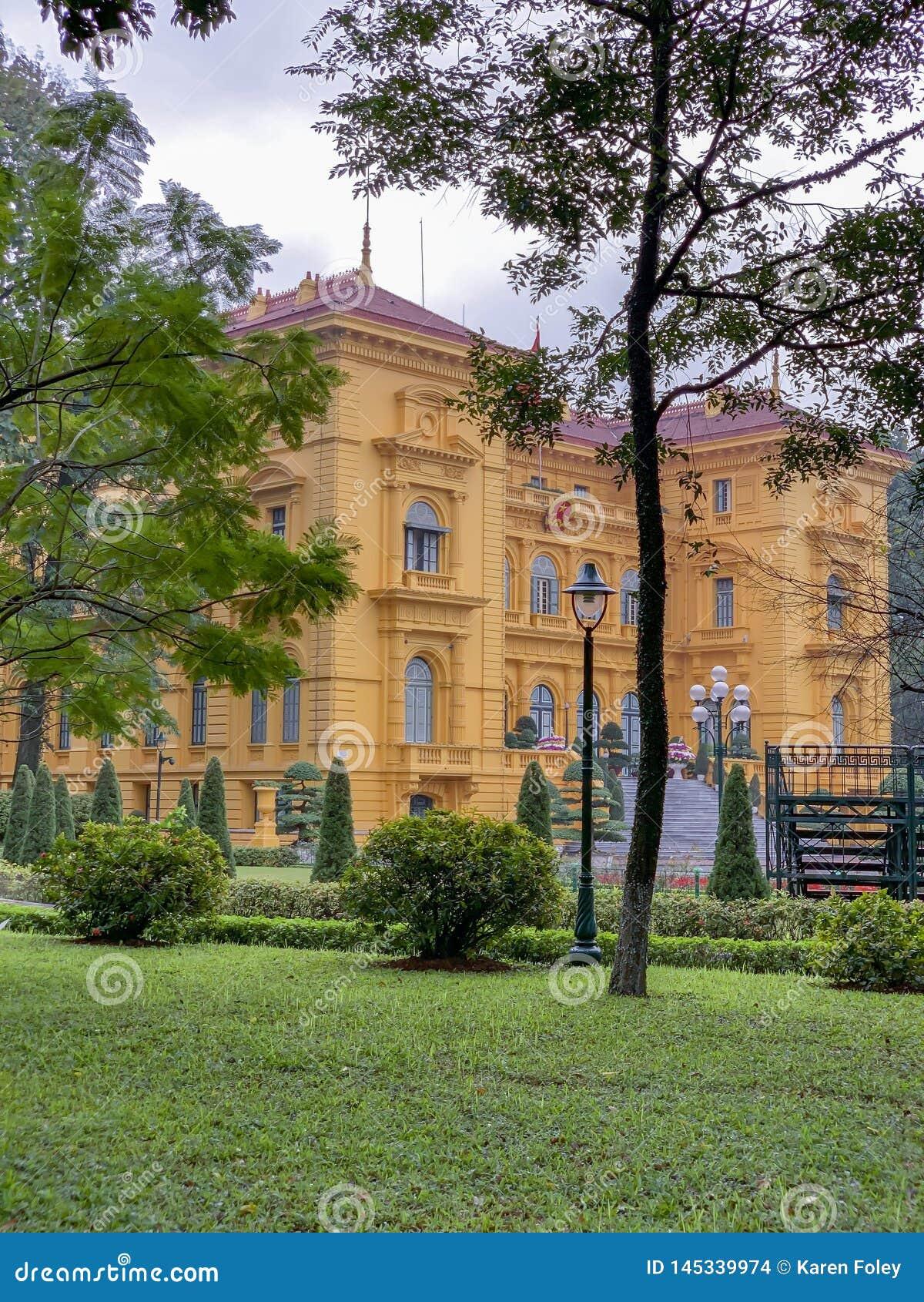 Frente del palacio presidencial en Ho Chi Minh Mausoleum Complex en Hanoi Vietnam
