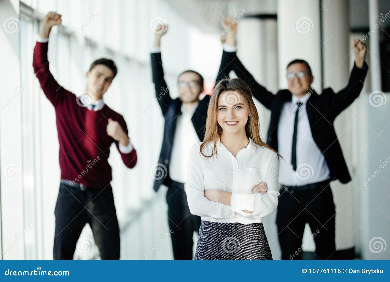 Frente hermoso del womanin del negocio de su miembro de equipo que celebra su logro en oficina