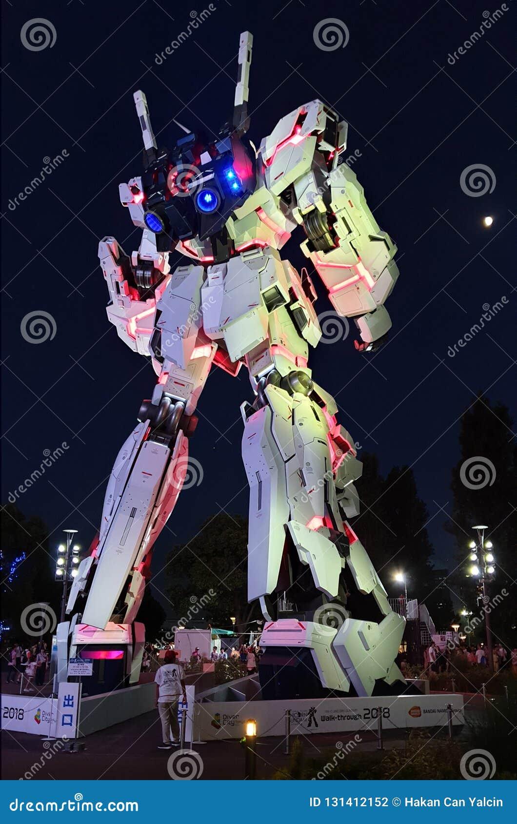 Frente permanente de tamaño natural de la estatua de Unicorn Gundam de la plaza Tokio de la ciudad del buceador en Odaiba