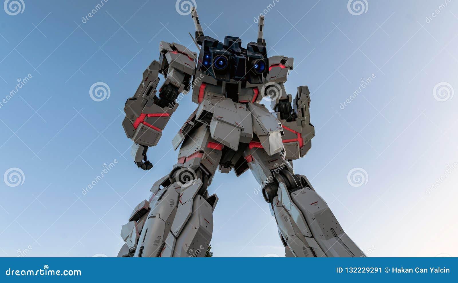 Frente permanente de tamaño natural de la estatua de Unicorn Gundam de la plaza Tokio de la ciudad del buceador en Odaiba, Japón