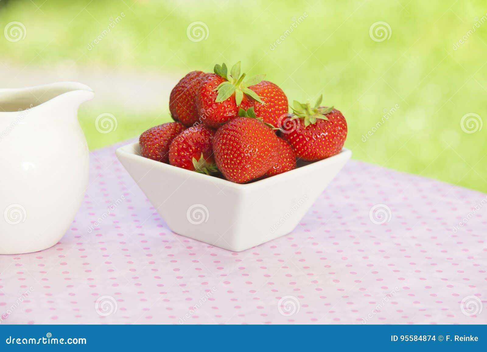 Fresas en un cuenco anguloso blanco