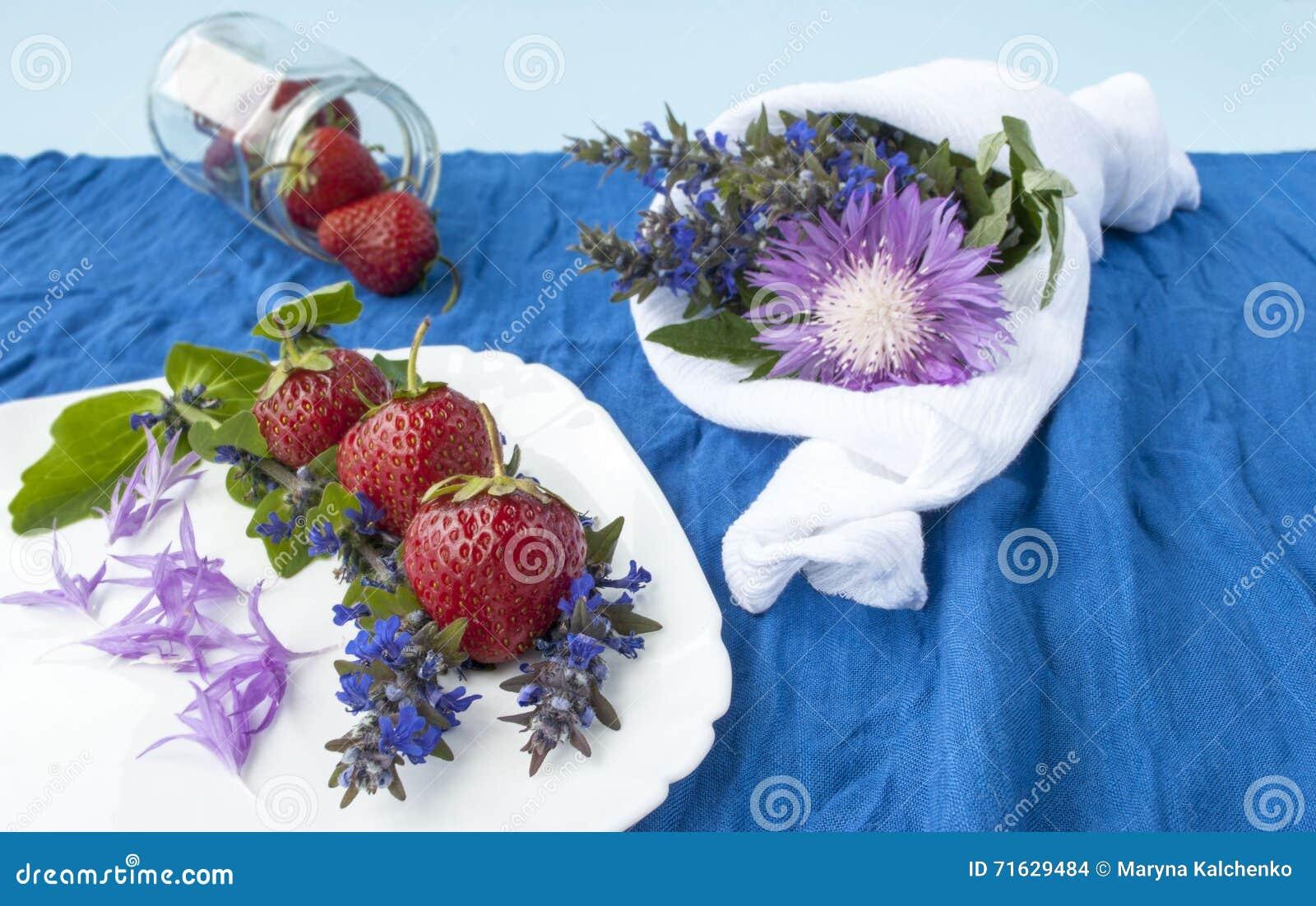 Fresas en un fondo de las flores de la primavera,