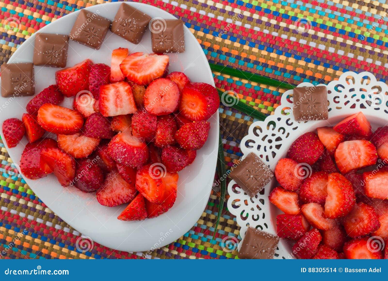 Fresas en una placa blanca