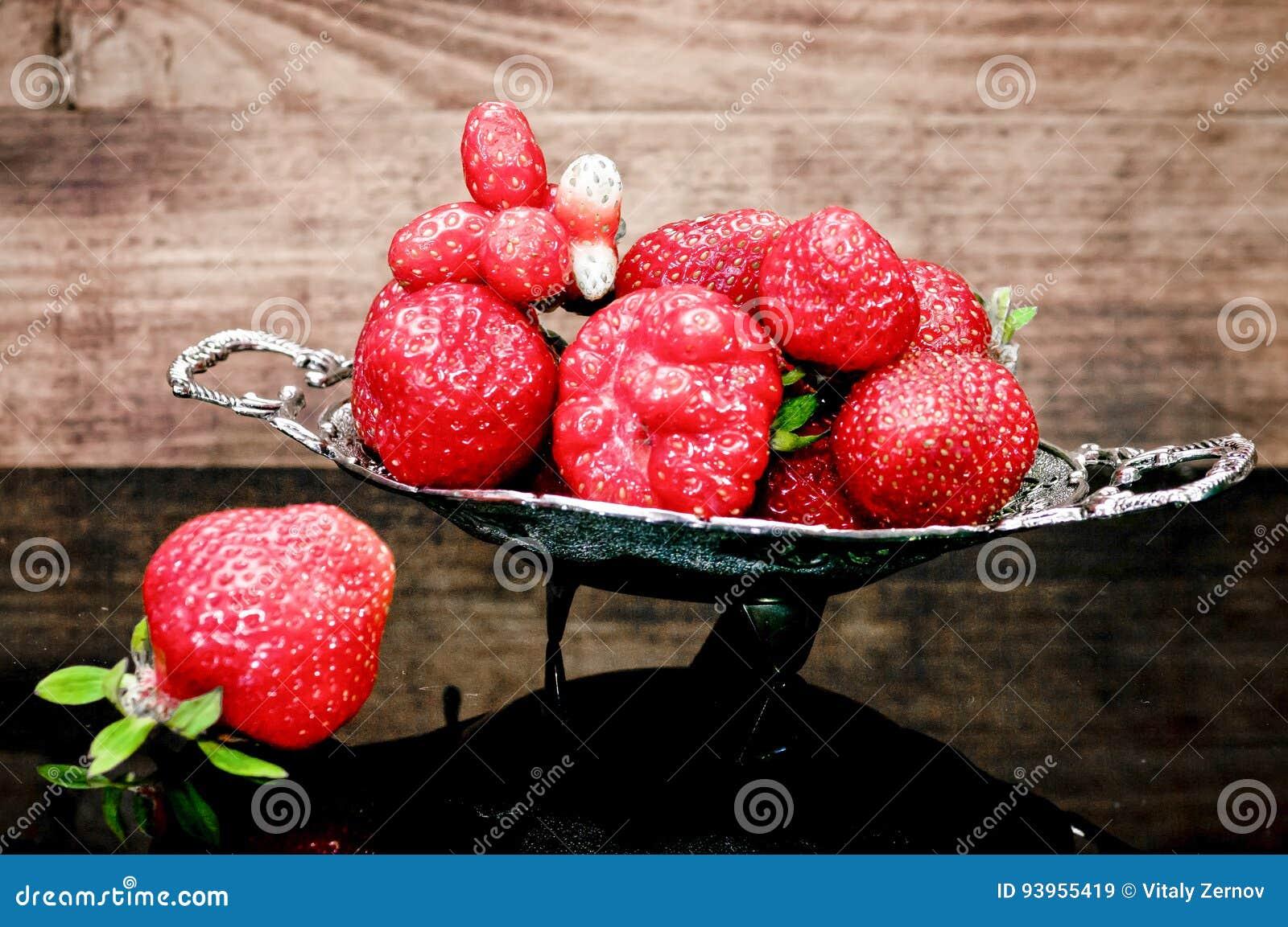 Fresas en una tabla de cristal