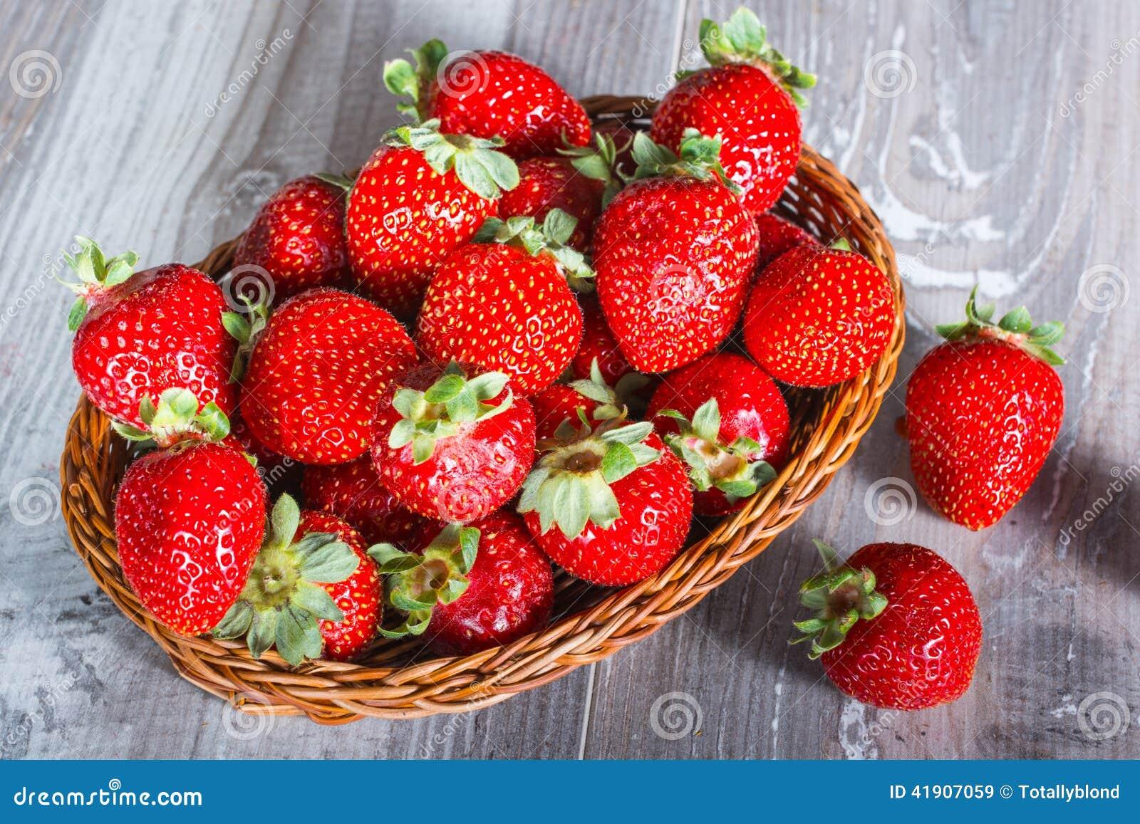 Fresas frescas en el fondo de madera