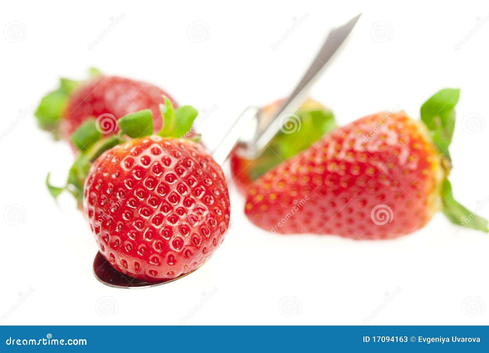 Fresas jugosas en la cuchara