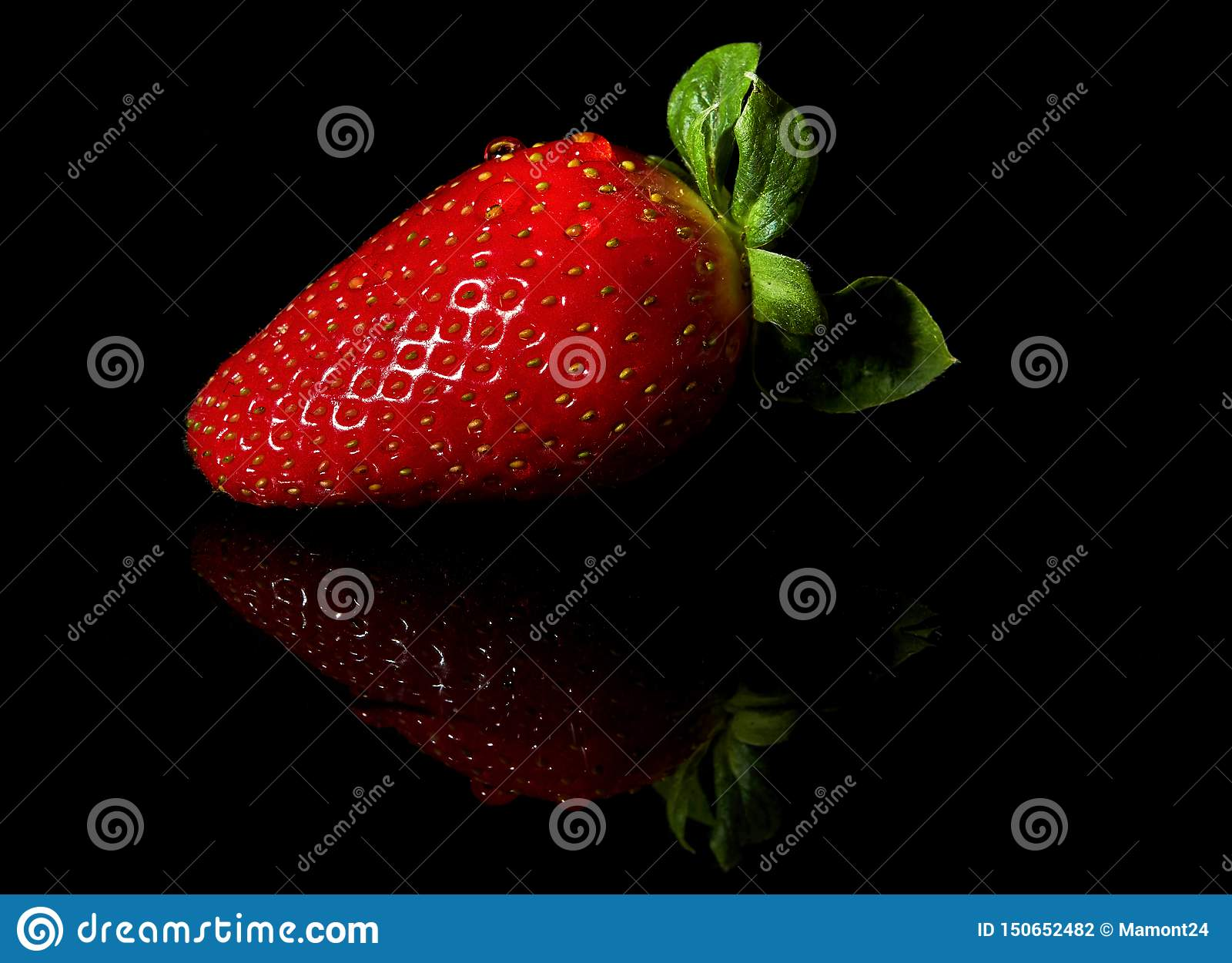 Fresas jugosas y maduras en un fondo negro