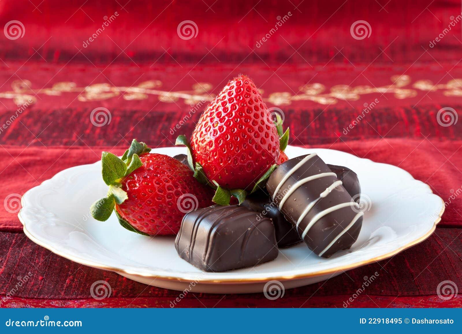 Fresas Y Chocolates En Una Placa Foto de archivo libre de regalías ...