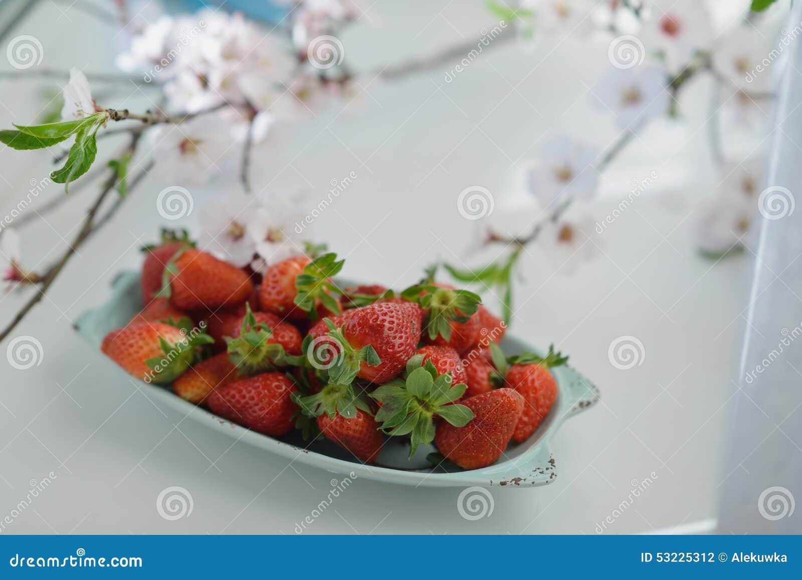Fresas y flores