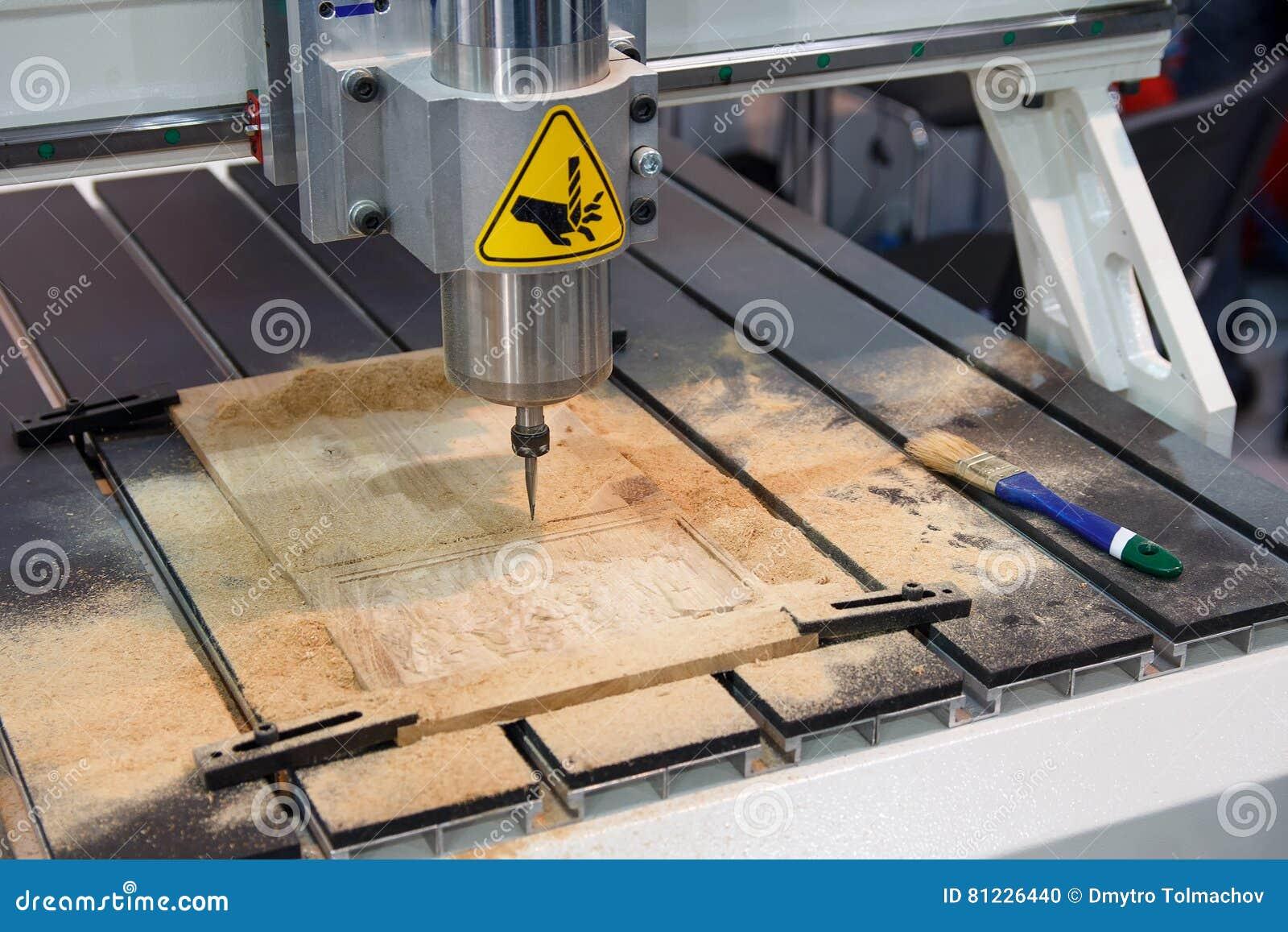 Fresatrice per legno durante il funzionamento